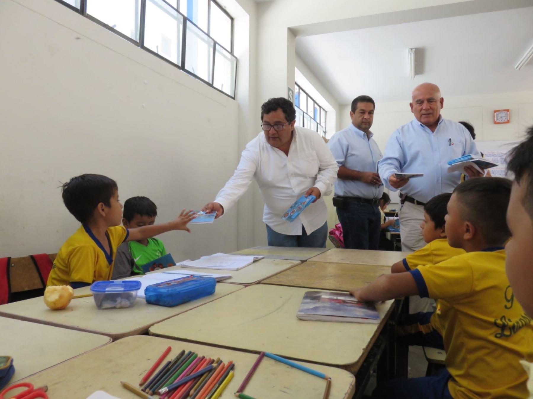 Donan 30,000 agendas escolares para alumnos afectados por las lluvias en La Libertad.