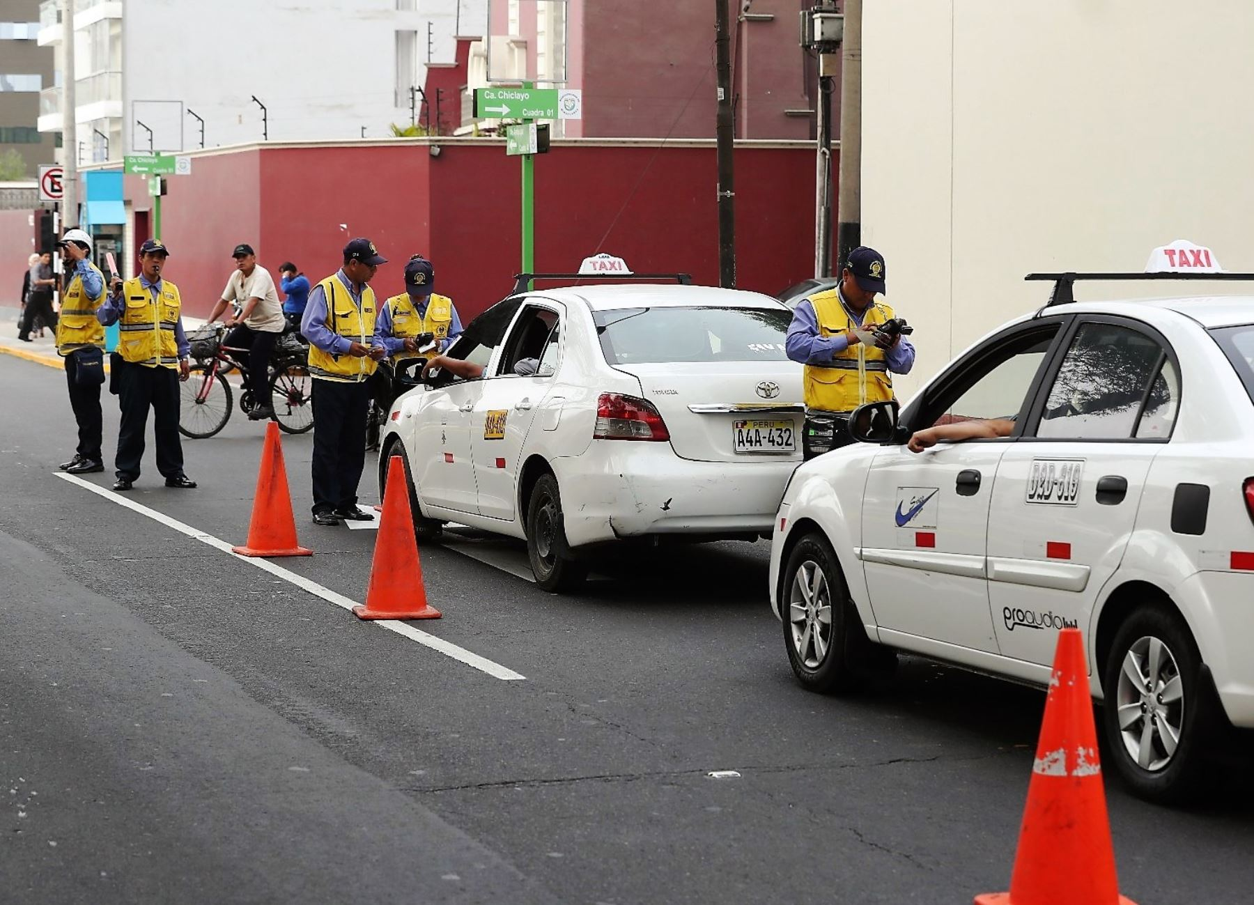 Lima: 50 taxis colectivos inseguros fueron enviados a depósito municipal. Foto: ANDINA/Difusión.