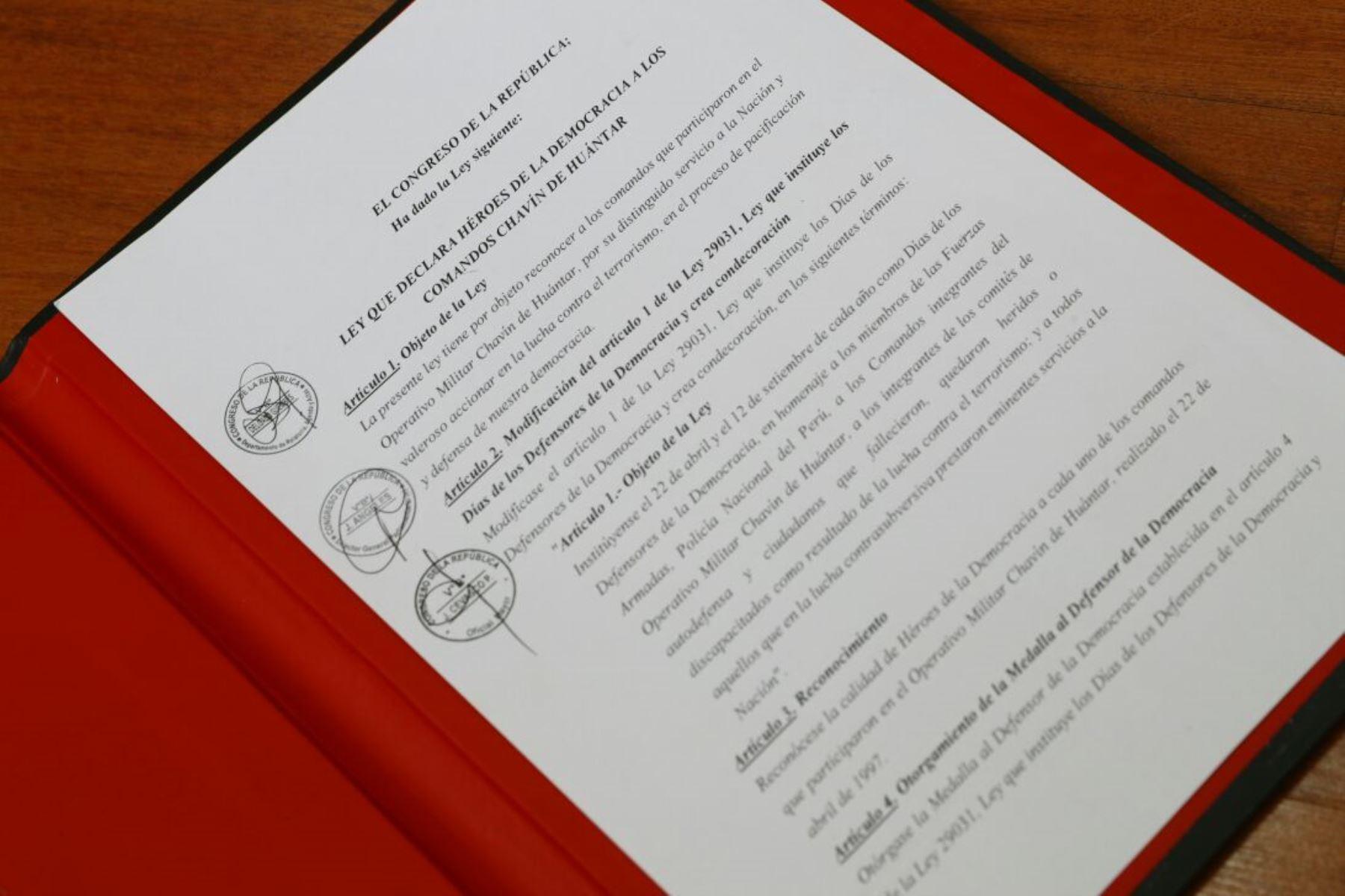 Ley que declara Héroes de la Democracia a los comandos Chavín de Huántar.