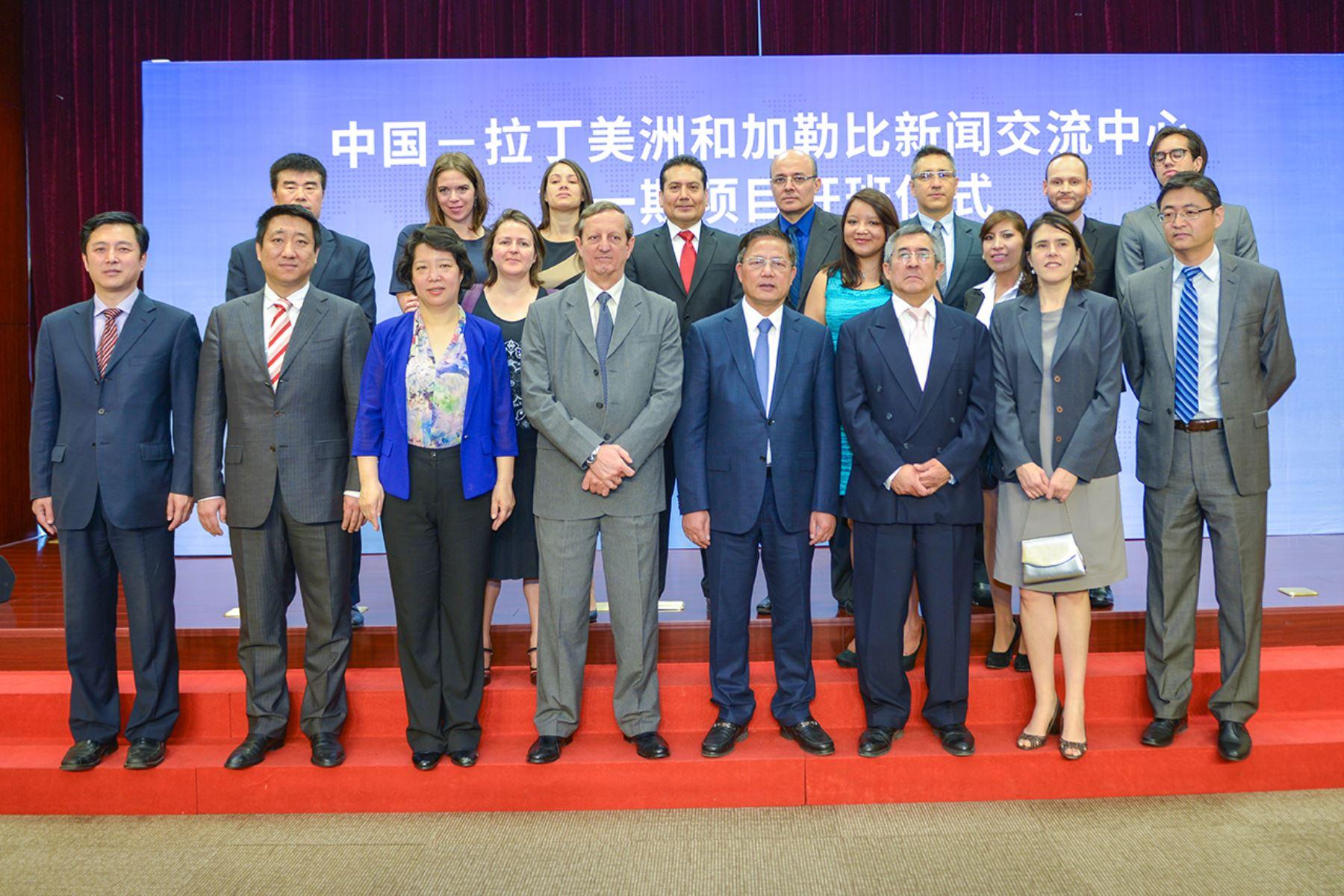 Vicepresidente de la Asociación de Diplomacia Pública de China, Hu Zhengyue, con embajadores y los once periodistas participantes del primer curso del Centro de Intercambio de Prensa China-América Latina y el Caribe (Clacpc 2017)