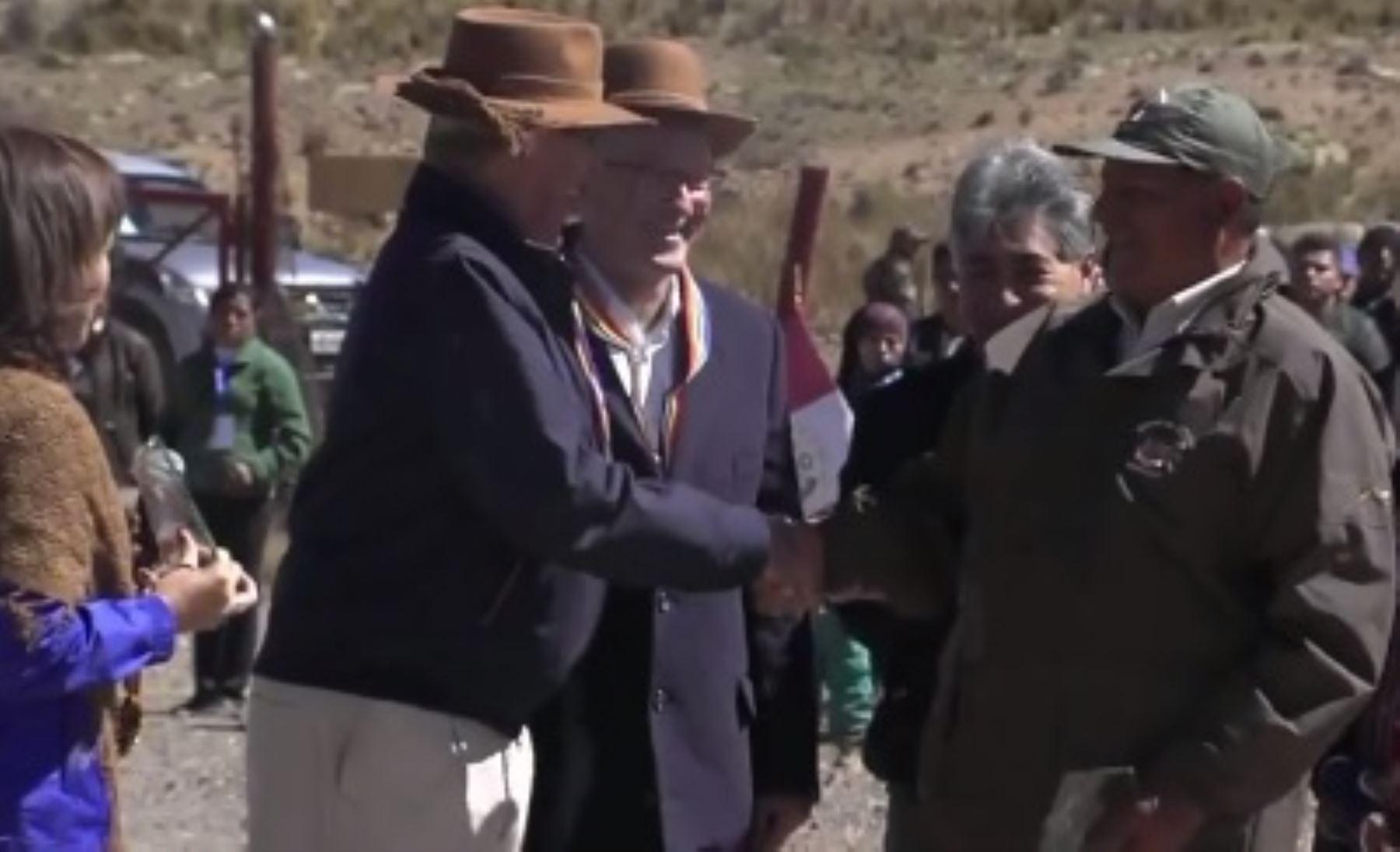 Reconocimiento del Presidente Kuczynski a uno de los guardparques de la Reserva Nacional Pampa Galeras Bárbara D