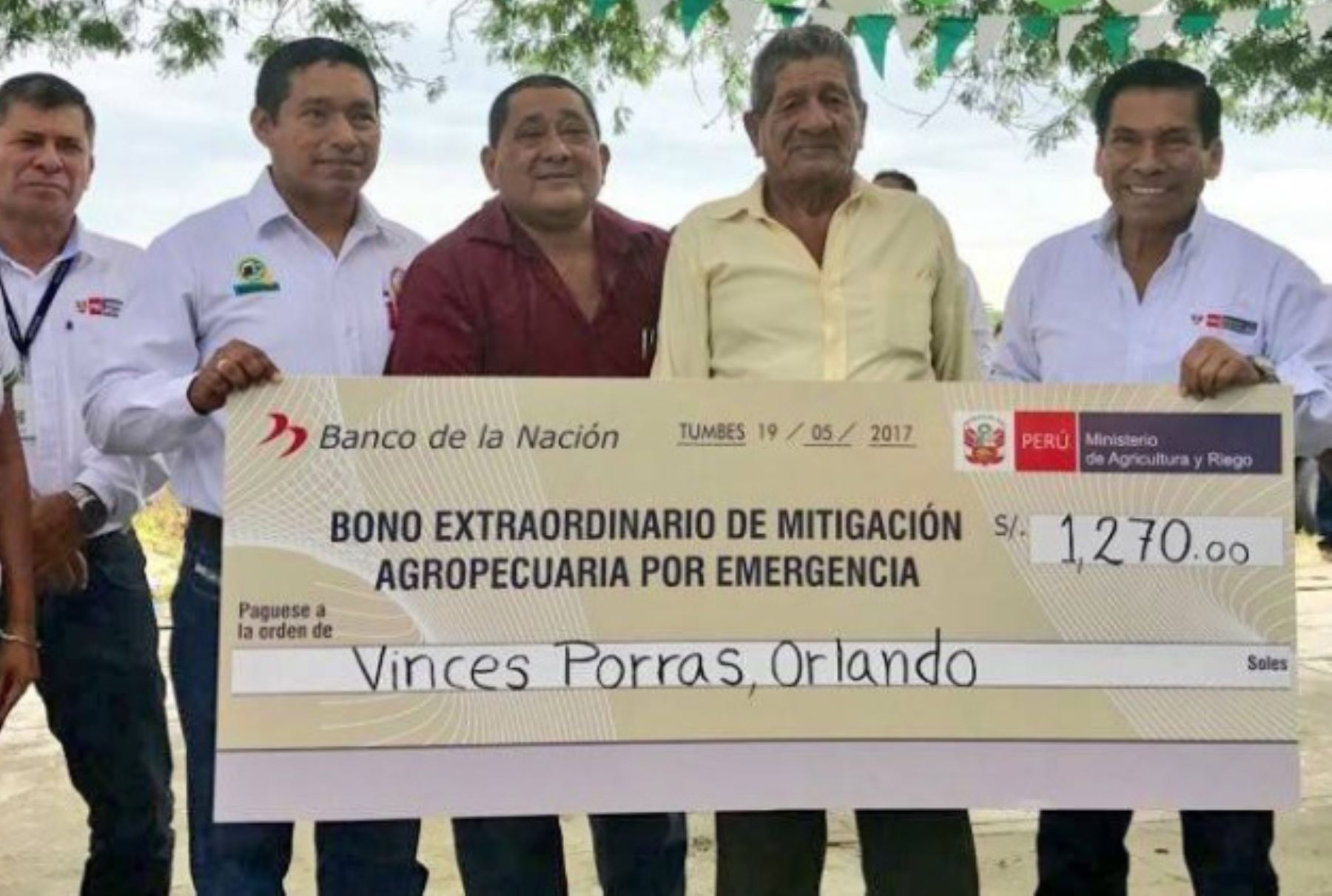 El ministro de Agricultura y Riego, José Manuel Hernández, entregó hoy en Tumbes los primeros bonos extraordinarios de mitigación agropecuaria por emergencia, que beneficiarán a 2,600 pequeños productores de esa región, una de las más afectadas por los estragos que ocasionó El Niño costero.