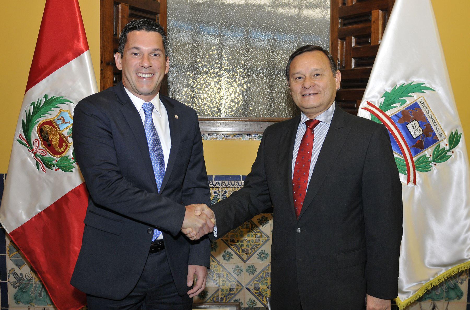 El viceministro de Relaciones Exteriores, Néstor Popolizio, y su homólogo panameño, Luis Miguel Hincapié.