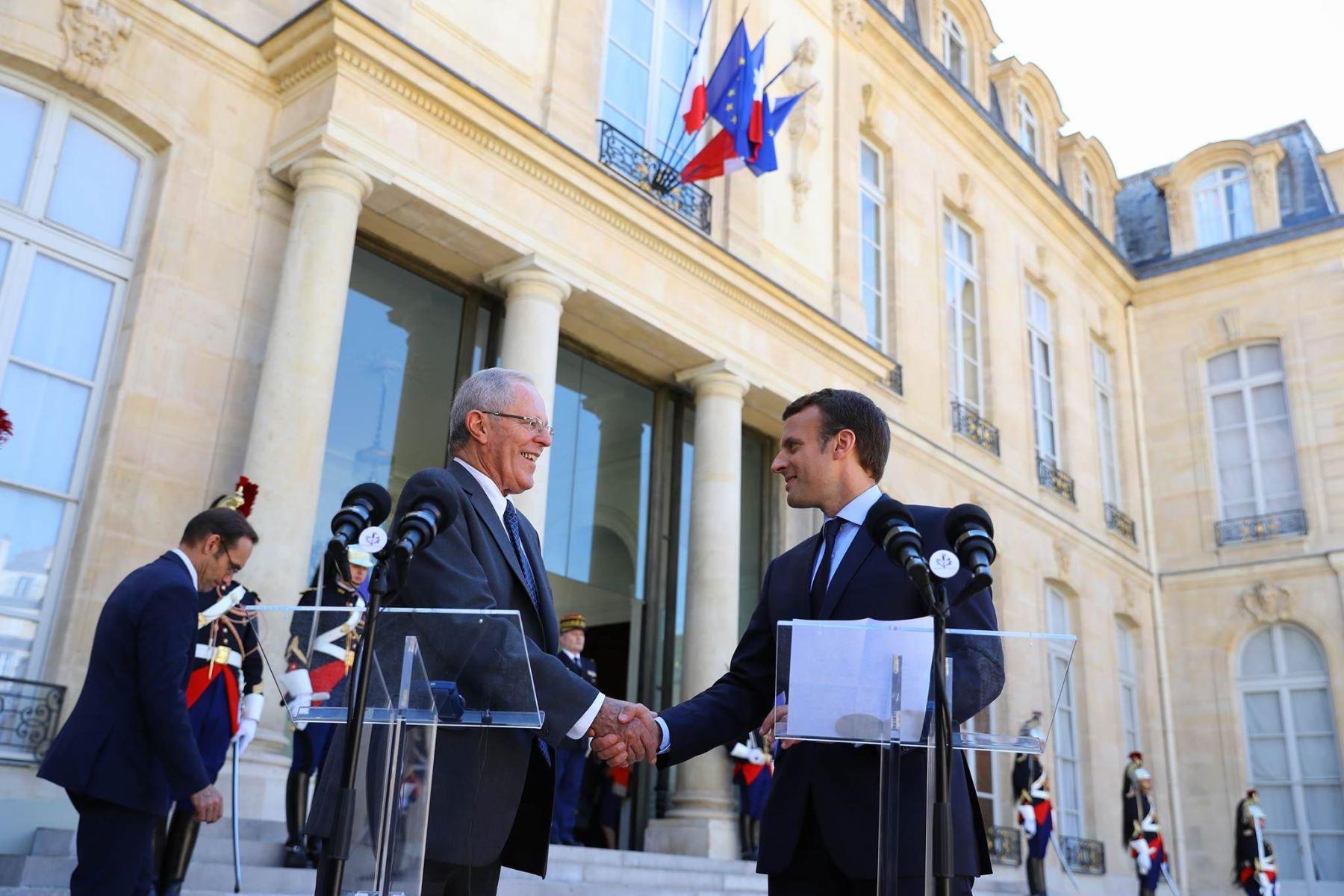 Presidentes Pedro Pablo Kuczynski y Emmanuel Macron realizan un pronunciamiento conjunto en el Palacio del Elíseo. Foto: ANDINA/ Prensa Presidencia