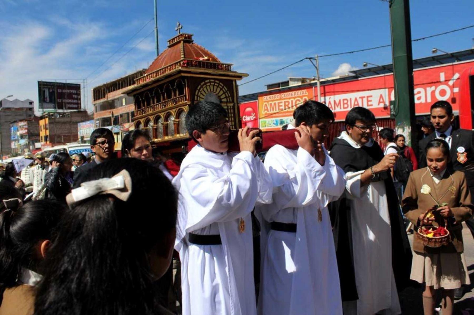Pobladores, estudiantes de diversos colegios y representantes de la iglesia católica recibieron con gran devoción las reliquias de Santa Rosa de Lima en la ciudad del Cusco, al conmemorarse los 400 años del fallecimiento de la primera santa del Perú, venerada también en toda América y Filipinas.
