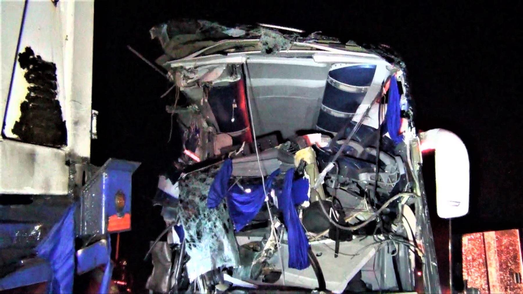 De acuerdo a las primeras versiones recogidas por la Policía, el vehículo se encontraba estacionado en la vía nacional y no tenía encendida sus luces de peligro en la parte posterior.
