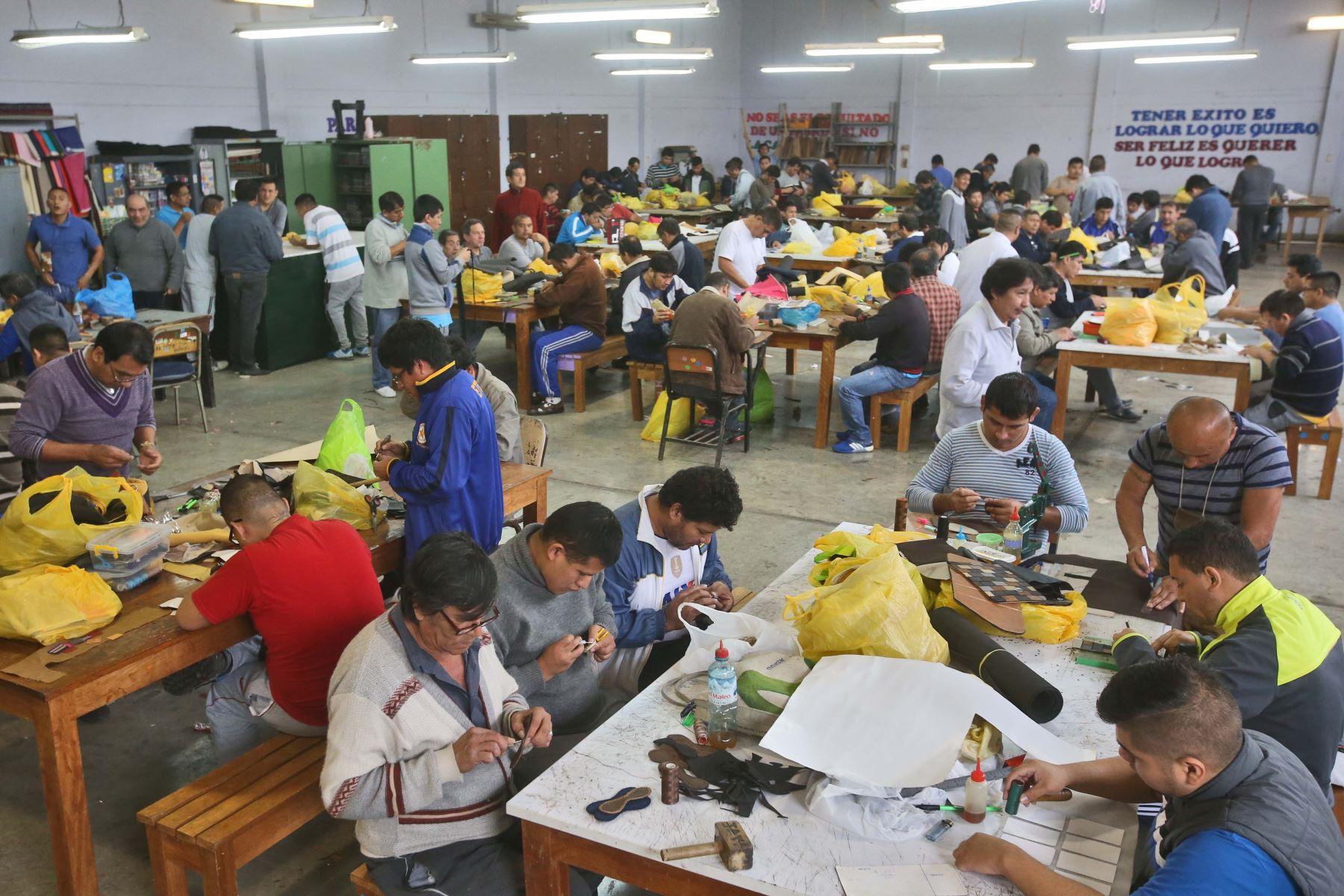 Internos de diversos penales siguen estudios básicos y participan en talleres productivos. Foto: ANDINA/archivo