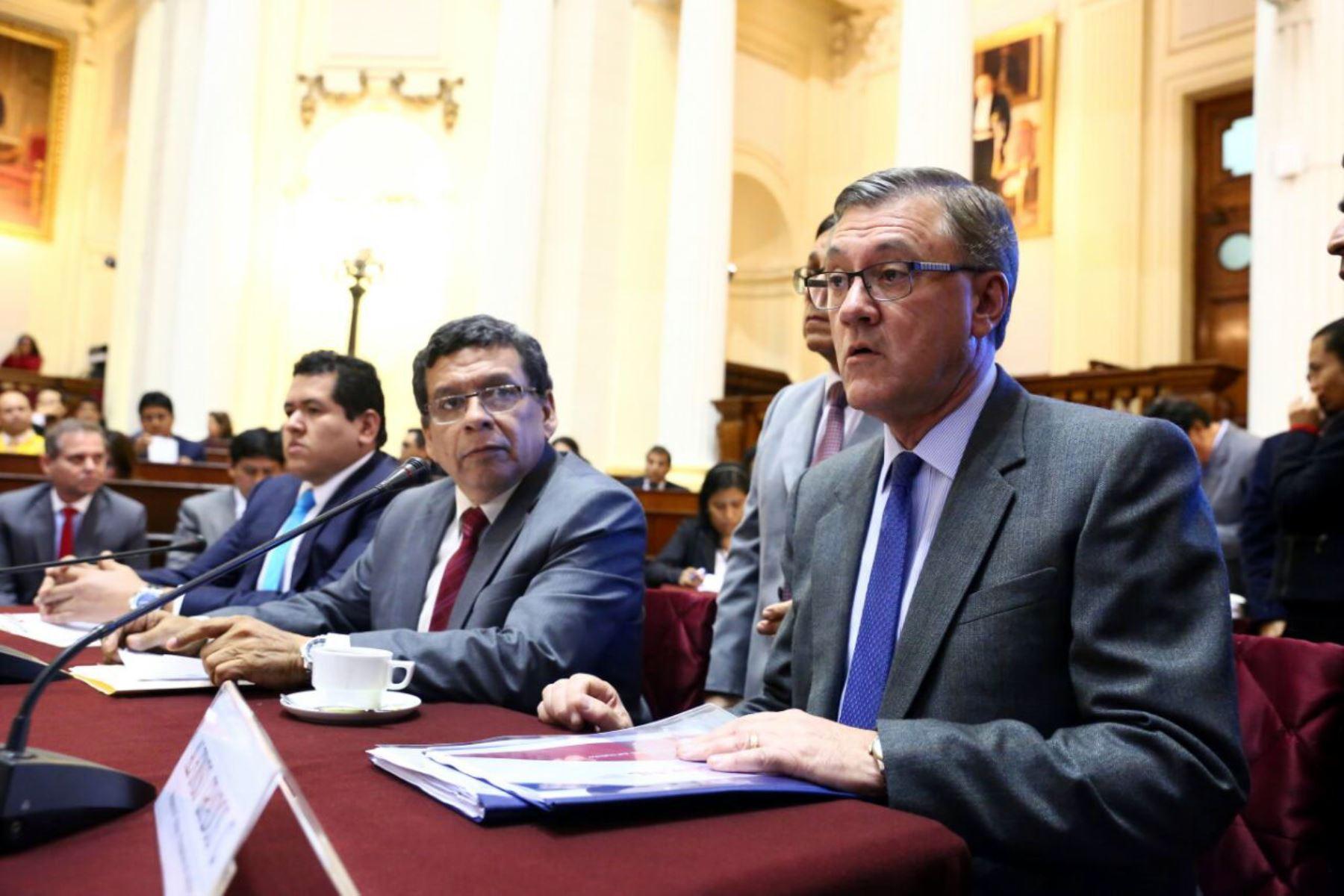 Ministro de Trabajo, Alfonso Grados, en la Comisión de Trabajo.