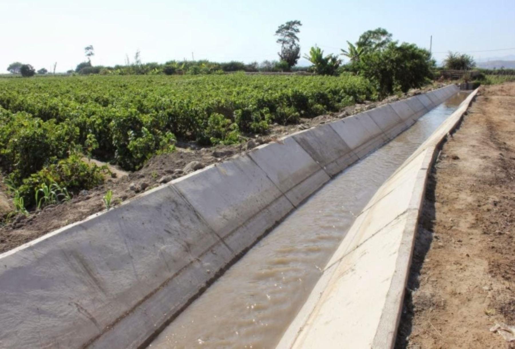 El ministro de Agricultura y Riego, José Manuel Hernández, informó hoy que en la región Piura se han rehabilitado hasta ahora más de 770 kilómetros y se proyecta superar los 990 kilómetros de canales de riego afectados por las lluvias, desbordes de ríos e inundaciones provocados por El Niño costero. ANDINA/Difusión