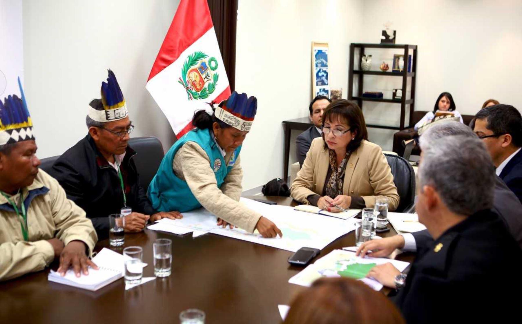 Ministra del Ambiente, Elsa Galarza, en reunión con líderes de comunidades de Loreto.