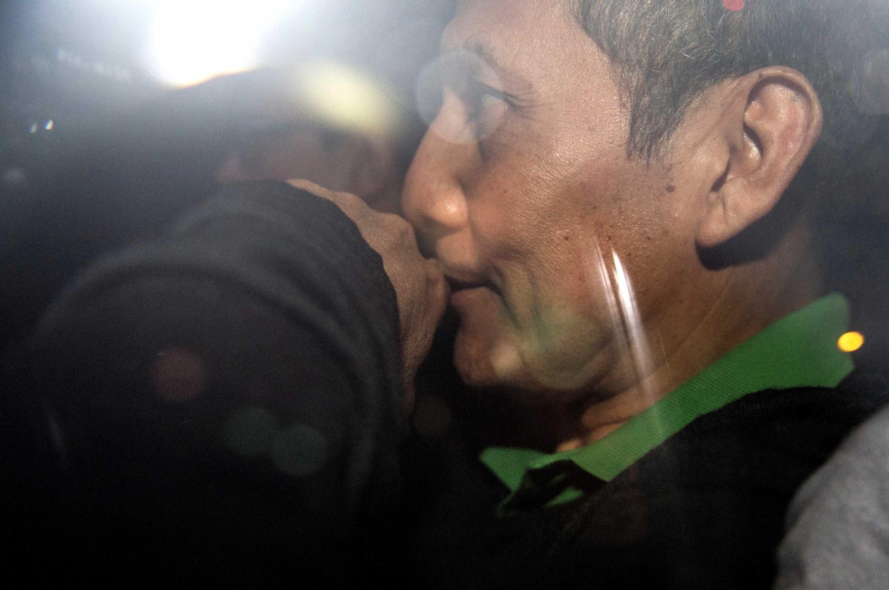 Ex presidente Ollanta Humala sale de su domicilio luego de escuchar la decisión del juez de darle 18 meses de prisión preventiva.