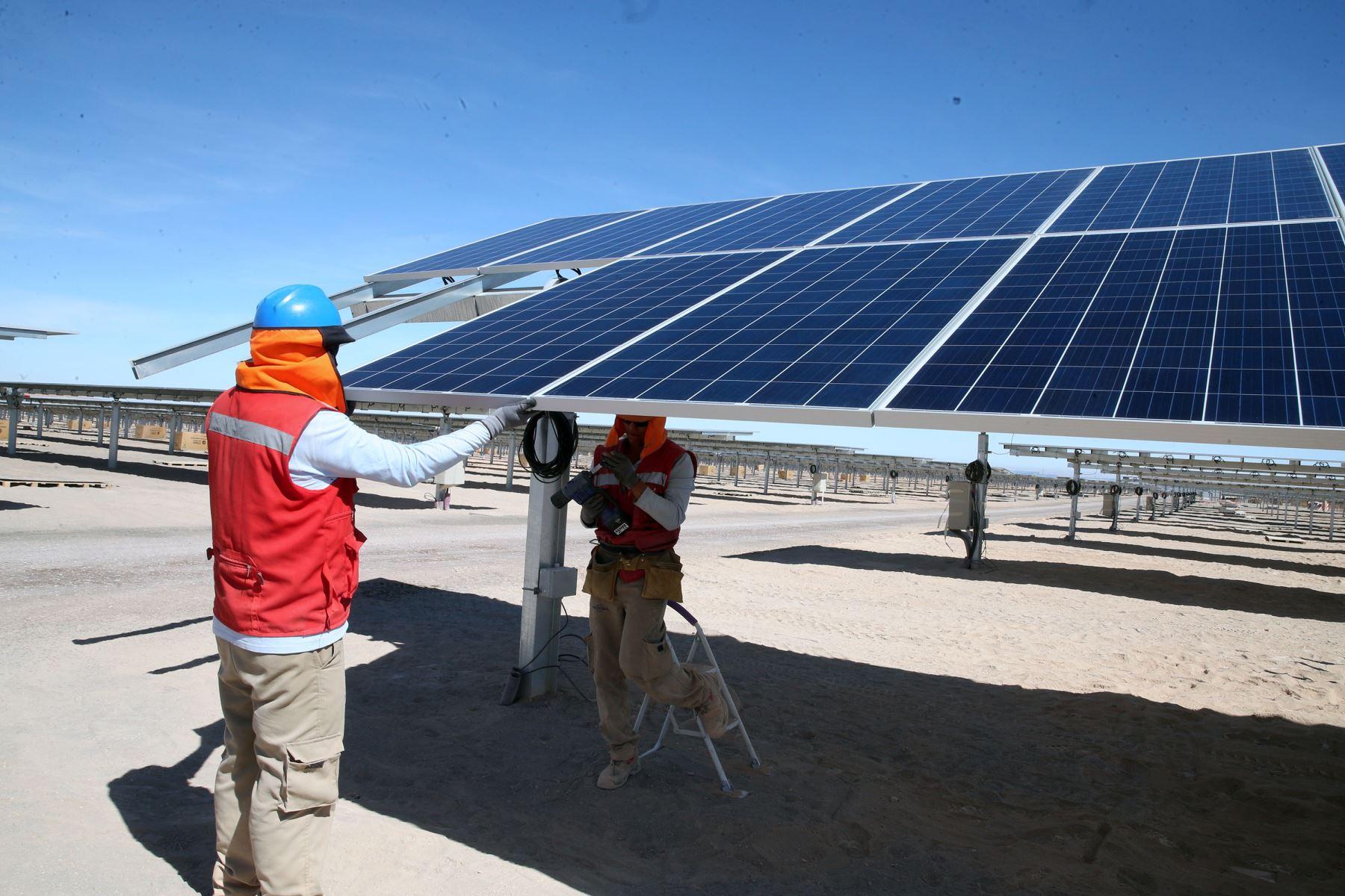 MOQUEGUA,PERÚ-JULIO 15. Ministro de Energía y Minas Gonzalo Tamayo y Vicepresidente de la República Martín Vizcarra Inspeccionan  planta de Energía Solar Moquegua. Foto: ANDINA/Vidal Tarqui