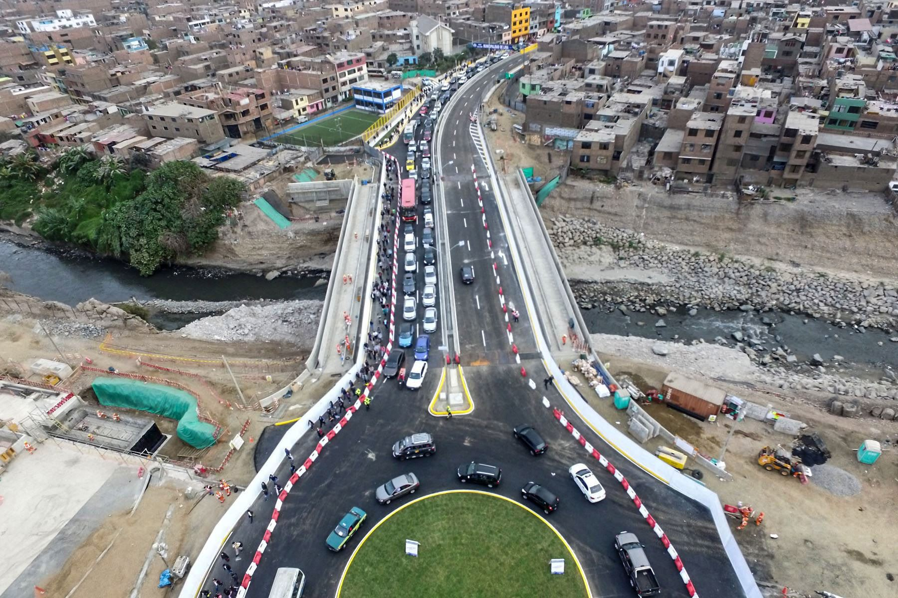 LIMA,PERÚI-JULIO 17. Esta mañana se abrió al tránsito vehicular el puente Bella Unión, que cruza el río Rímac a través de la avenida Universitaria y que permitirá aligerar la circulación de unidades entre el Centro de Lima y los distritos de Lima norte. Foto: ANDINA/Vidal Tarqui