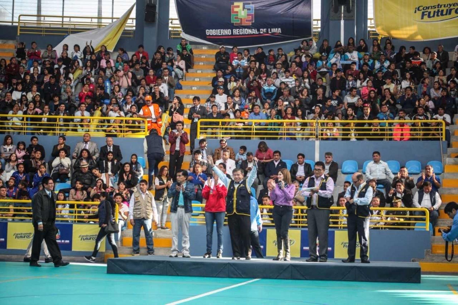 Gobernador regional de Lima, Nelson Chui Mejía, puso en funcionamiento moderna infraestructura del Coliseo Cerrado de Barranca.Asistió la vicepresidenta de la República, Mercedes Aráoz, así como la destacada deportista Natalia Málaga.
