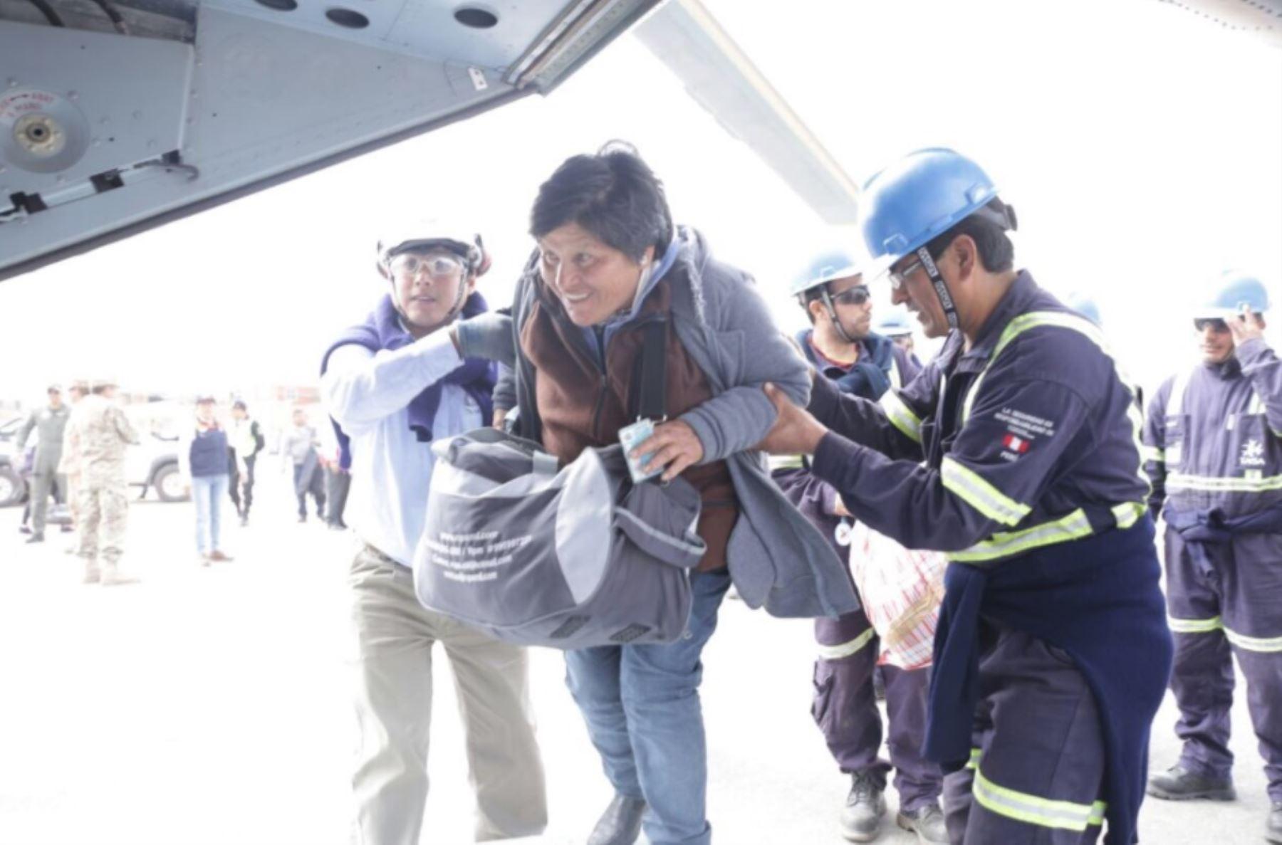 El puente aéreo establecido por las autoridades con la valiosa participación de las Fuerzas Armadas está permitiendo el traslado de cientos de personas varadas en la carretera Panamericana Sur debido a los derrumbes de rocas y tierra provocados por el fuerte sismo ocurrido el lunes último en Arequipa. ANDINA/Difusión