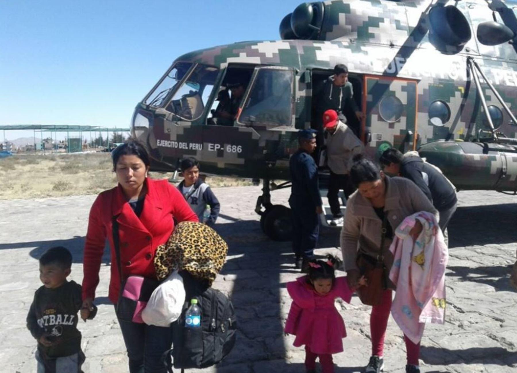El puente aéreo establecido por las autoridades con la valiosa participación de las Fuerzas Armadas está permitiendo el traslado de cientos de personas varadas en la carretera Panamericana Sur debido a los derrumbes de rocas y tierra provocados por el fuerte sismo ocurrido el lunes último en Arequipa.
