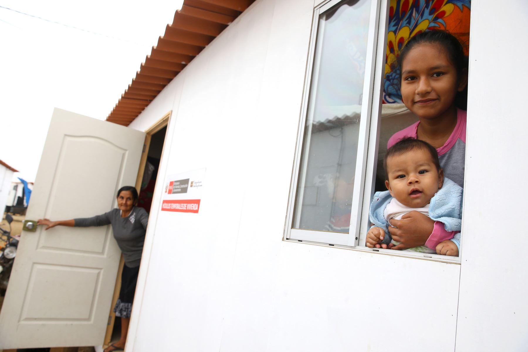 El Presidente, Pedro Pablo Kuczynski, entrega módulos de vivienda e inspecciona la rehabilitación en la Quebrada San Idelfonso, una de las zonas más afectadas por los desastres naturales en la región La Libertad . Foto: ANDINA/ Prensa Presidencia