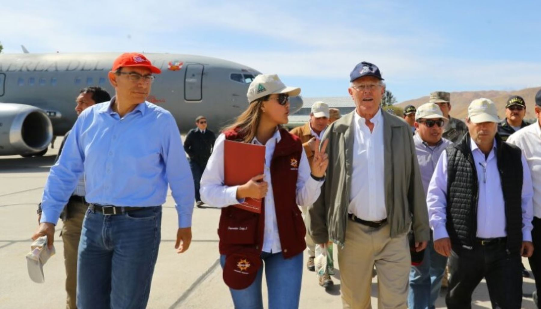 La gobernadora regional de Arequipa, Yamila Osorio, y el presidente de la República, Pedro Pablo Kuczynski, supervisan los trabajos de limpieza y rehabilitación que se ejecutan en la Panamericana Sur,