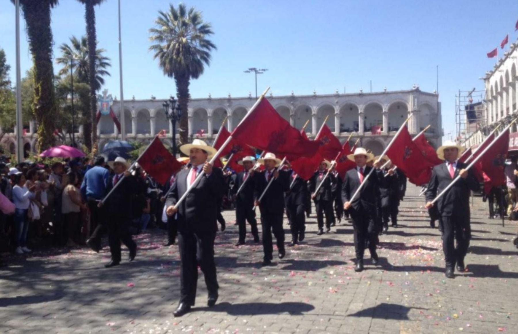 Miles de personas, entre arequipeños y turistas nacionales y extranjeros, participaron en el tradicional Paseo del Estandarte, que recorrió las principales calles del Centro Histórico de la Ciudad Blanca, en el marco del 477 aniversario de su fundación española.