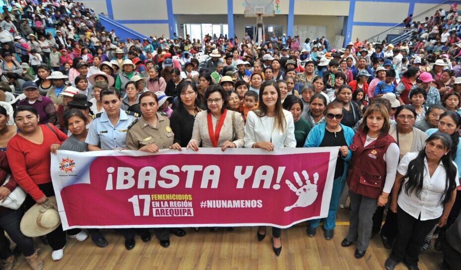 """Gobernadora regional de Arequipa, Yamila Osorio, participó en la movilización """"Ni una menos"""" en Arequipa."""