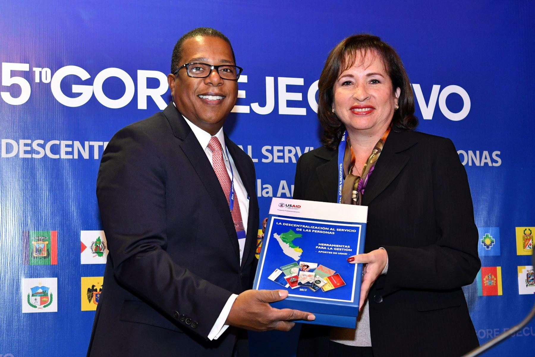 Embajador de Estados Unidos en Perú, Brian Nichols, junto a ministra del Ambiente, Elsa Galarza.