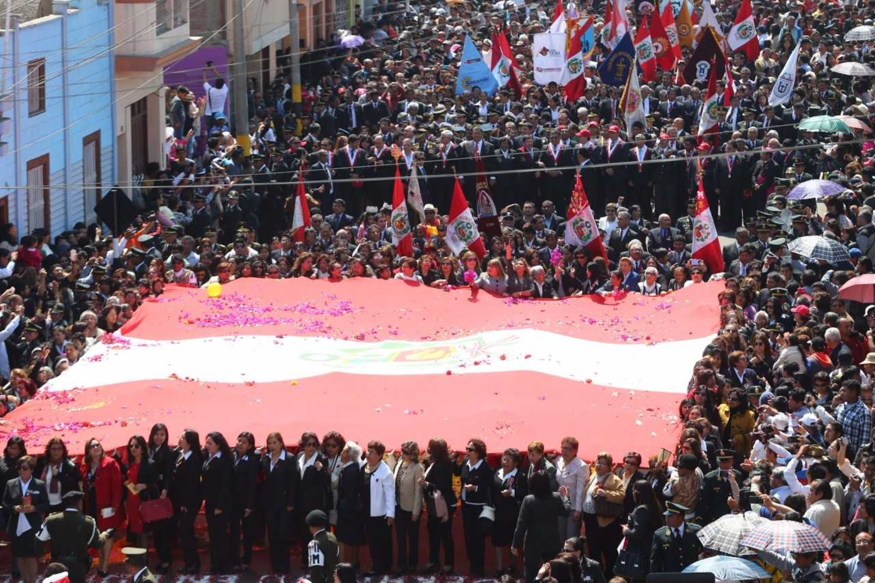 Tradicional procesión dela Bandera Nacional por las principales calles de la ciudad de Tacna.