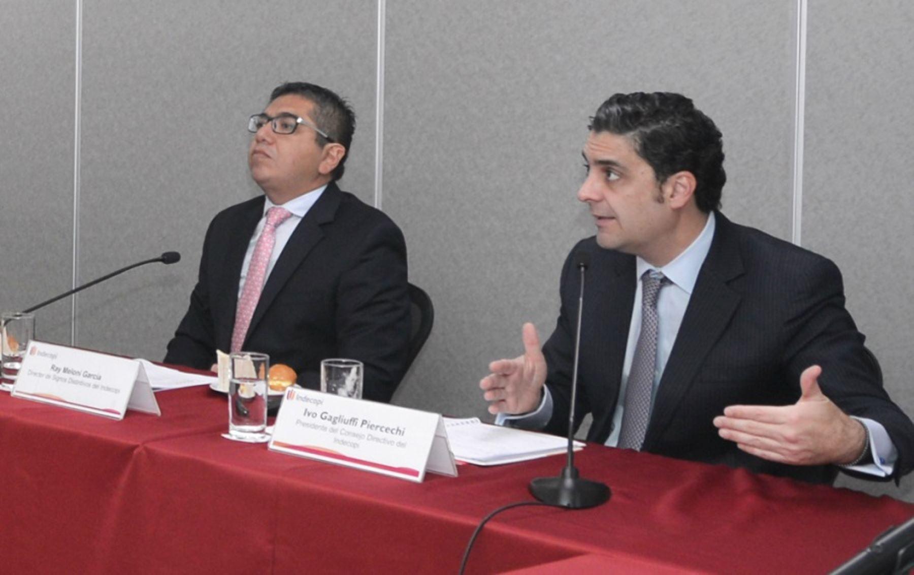 Ray Meloni García, director de Signos Distintivos e Ivo Gagliuffi Piercechi, presidente del Consejo Directivo del Indecopi