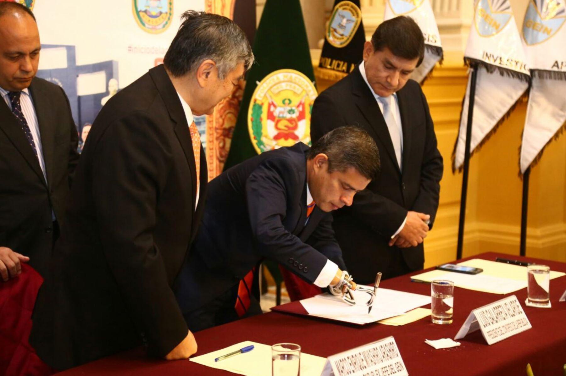 Presidente del Parlamento, Luis Galarreta, firmó la autógrafa de ley. Foto: ANDINA/ Congreso