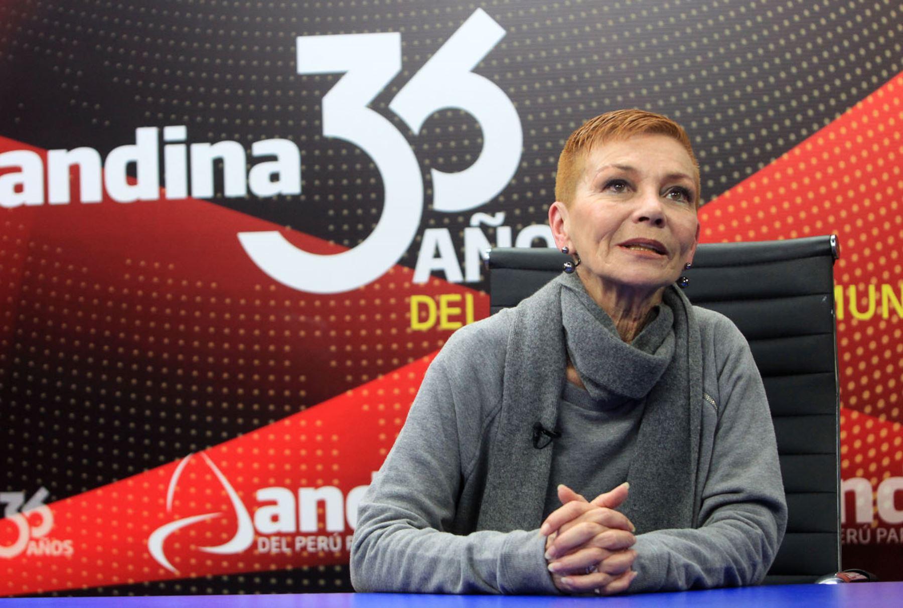 Gina Natteri, directora de la Escuela Nacional Superior de Ballet / ANDINA/Héctor Vinces