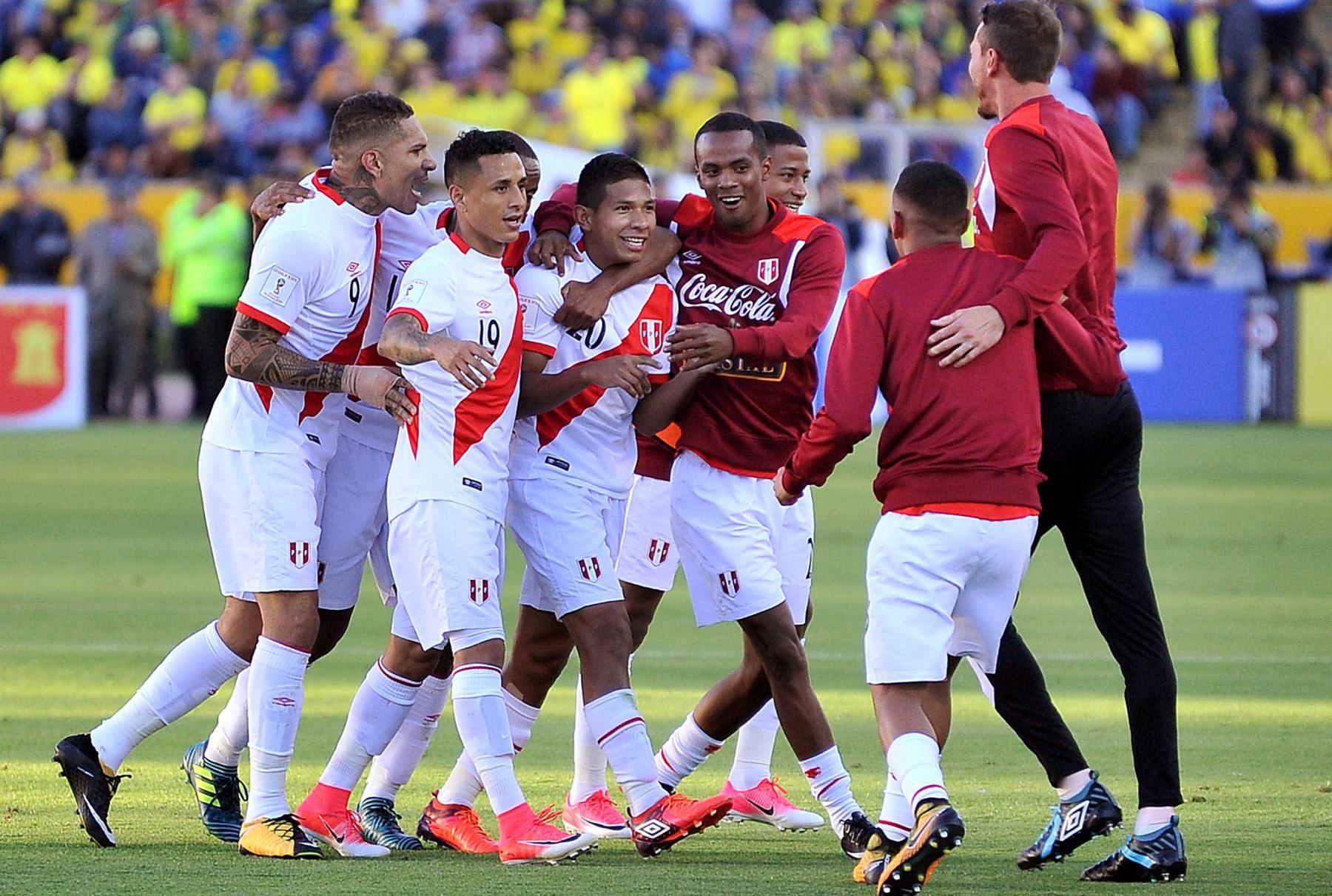 Con goles de Edison Flores, y de Paolo Hurtado, la selección peruana vence 2-1 a Ecuador, en el estadio Olímpico Atahualpa. Foto: AFP