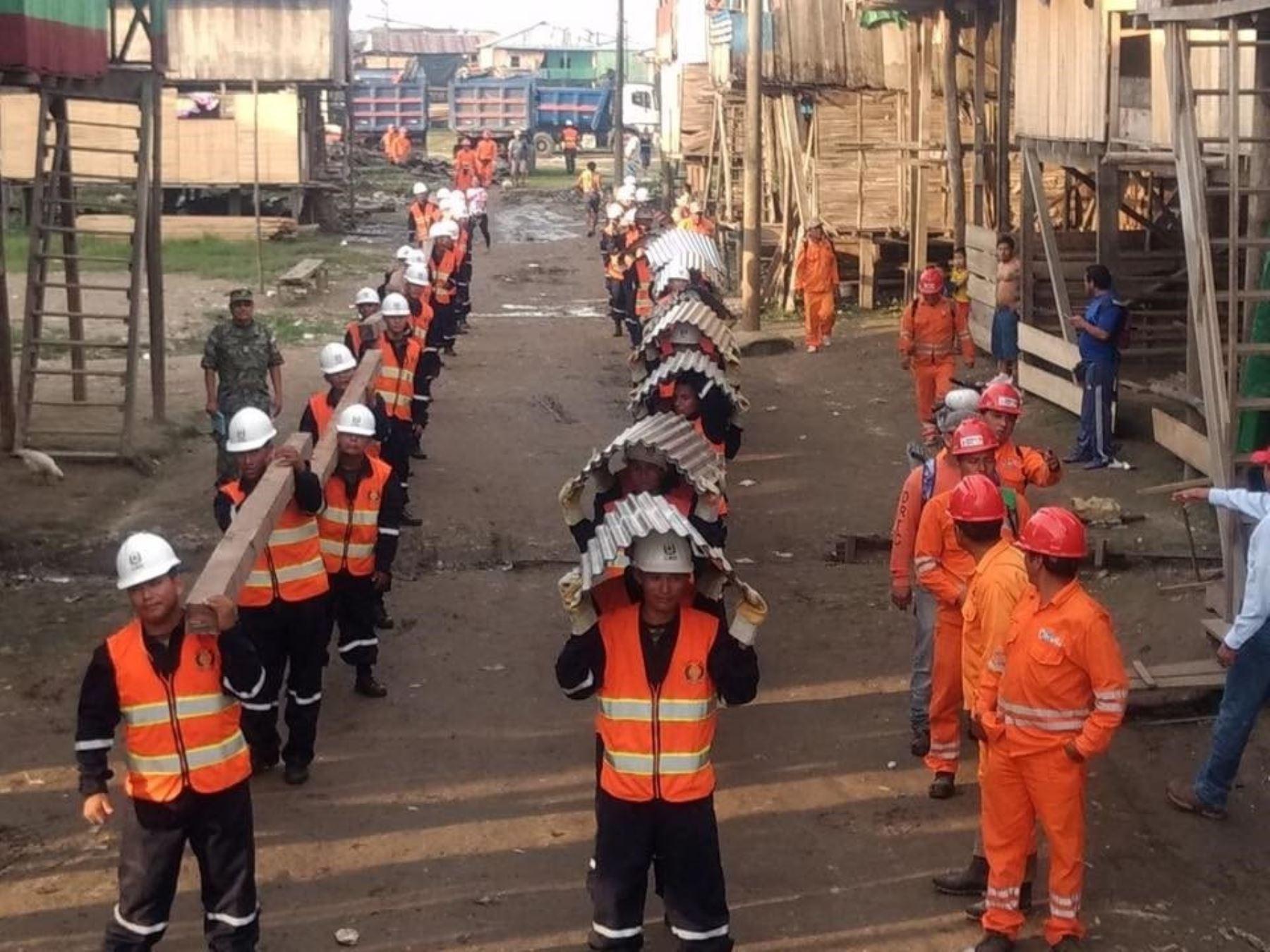 Fuerzas Armadas apoyan en instalación de carpas para los pobladores que resultaron afectados por el incendio en Iquitos.