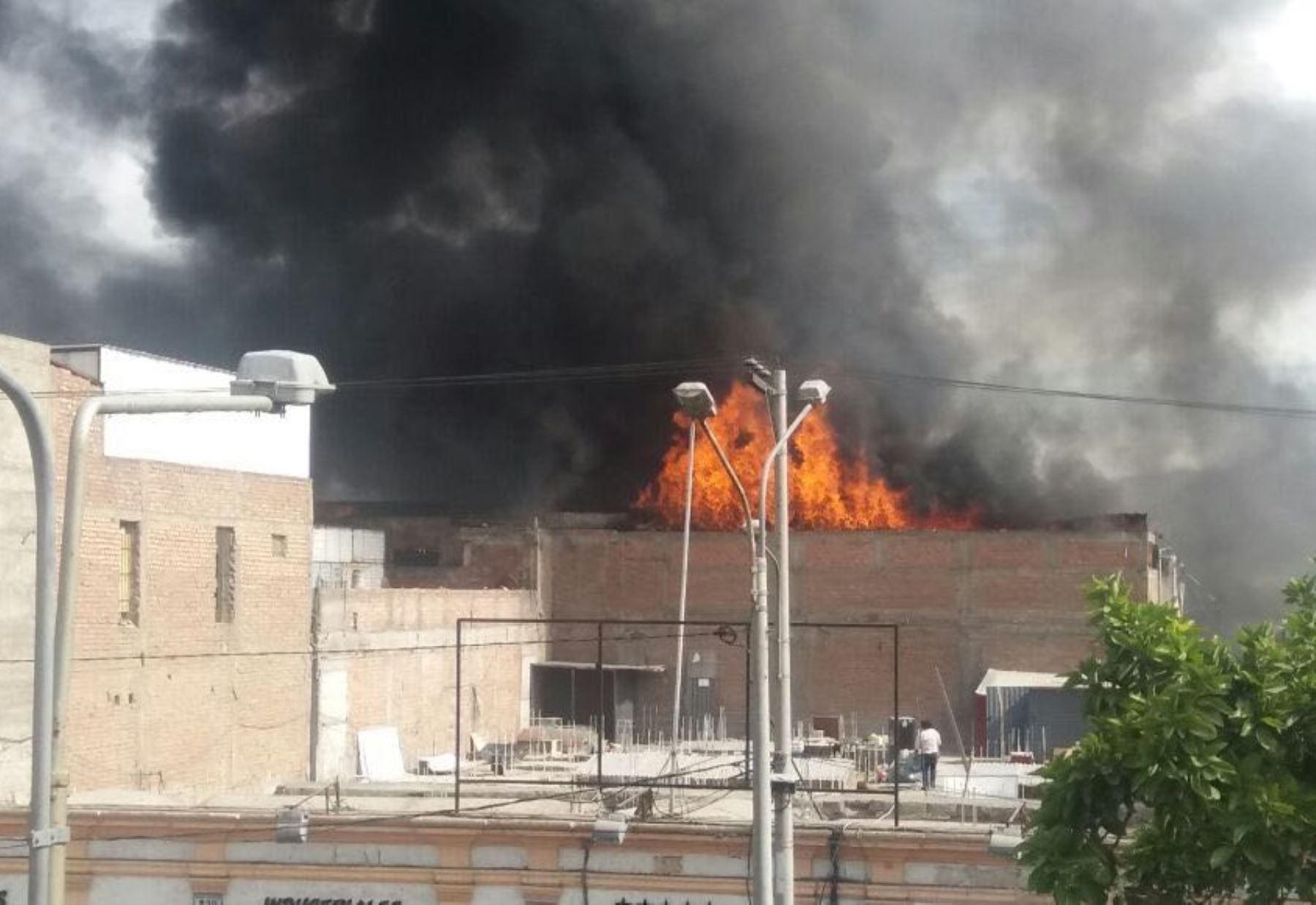 Incendio de grandes proporciones afecta a tres galerías comerciales en Arequipa. ANDINA