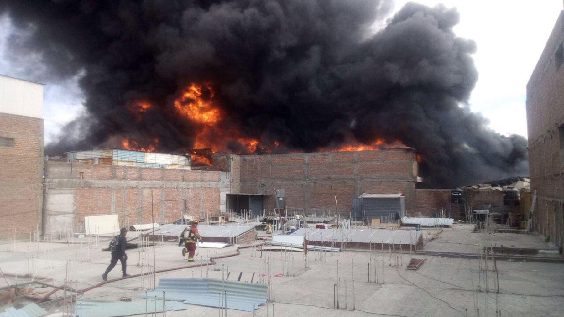 En la zona del incendio de grandes proporciones se comercializa ropa, telas y objetos de plástico, productos altamente inflamables. ANDINA