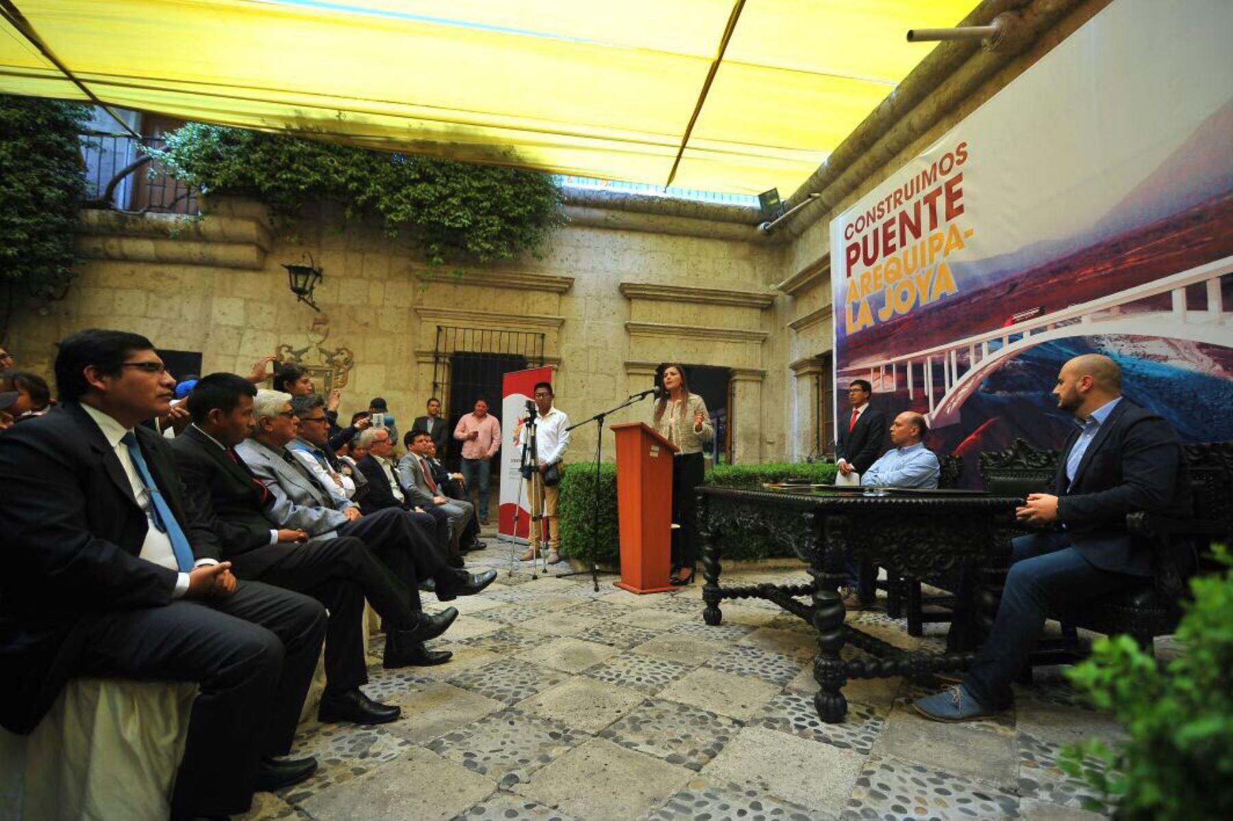 Firman convenio para construir puente de autopista Arequipa-La Joya.