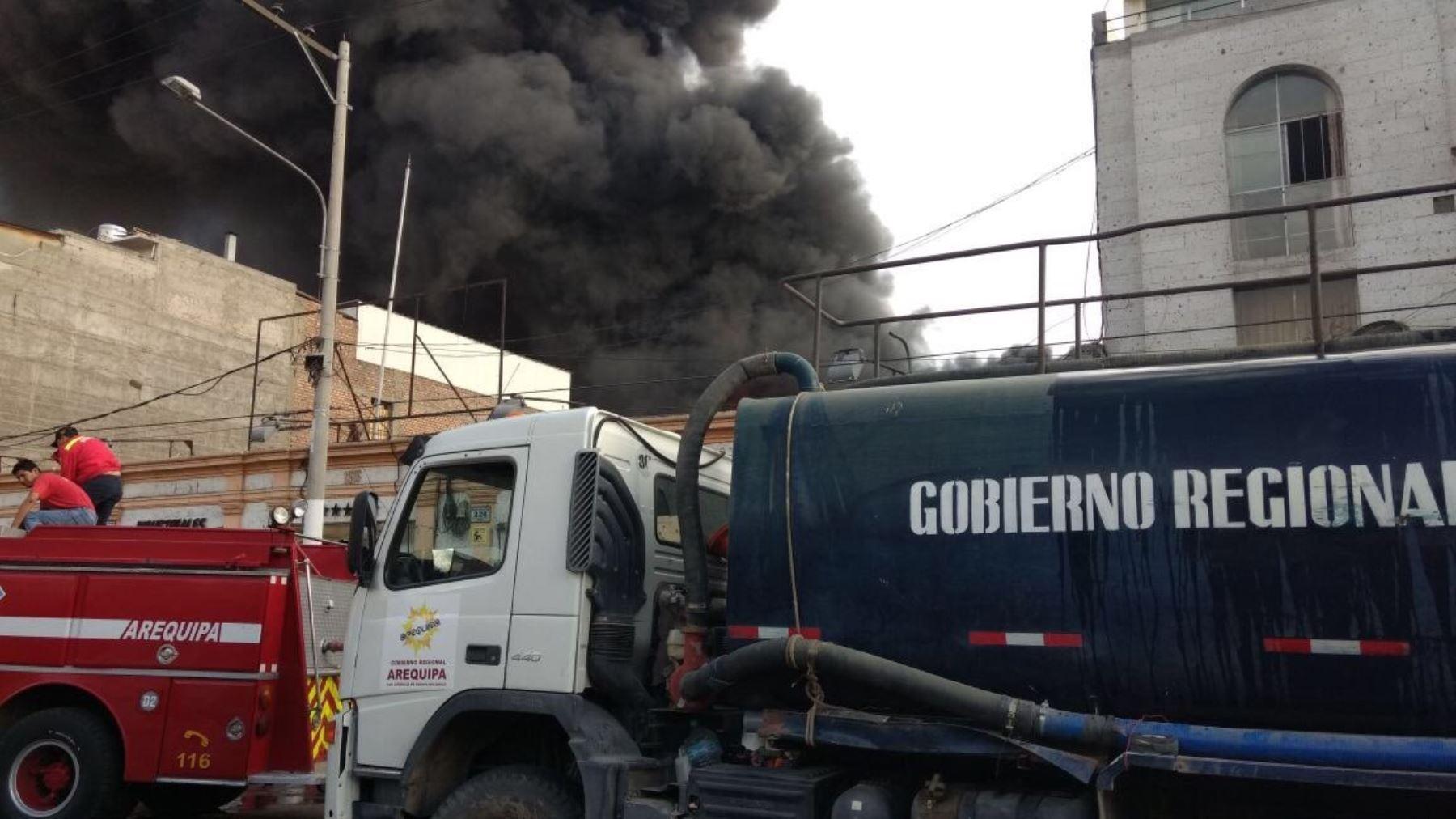 Gobierno regional de Arequipa apoya con cisterna para apagar incendio en calle San Camilo,cerca de la plaza de Armas de la ciudad.