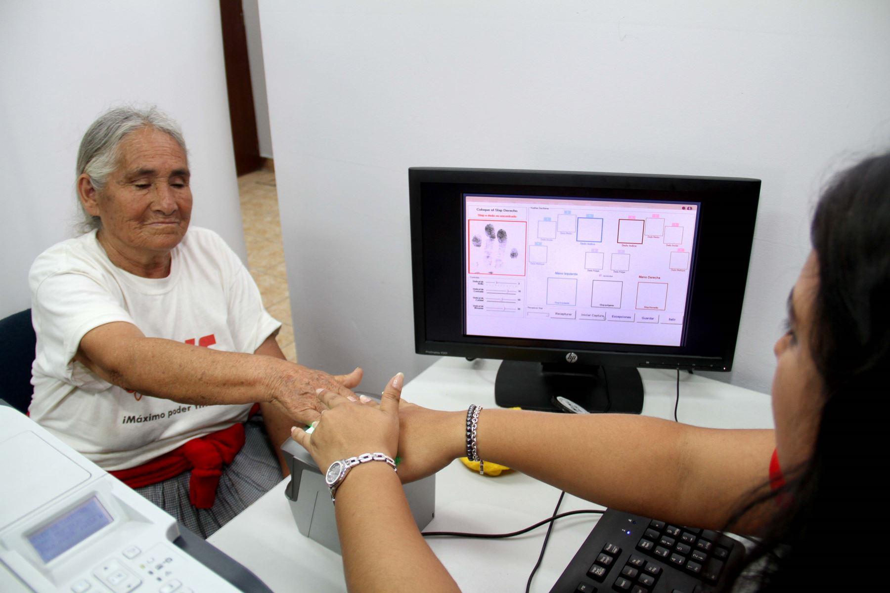 Identificación biométrica de adulta mayor. Foto: Reniec