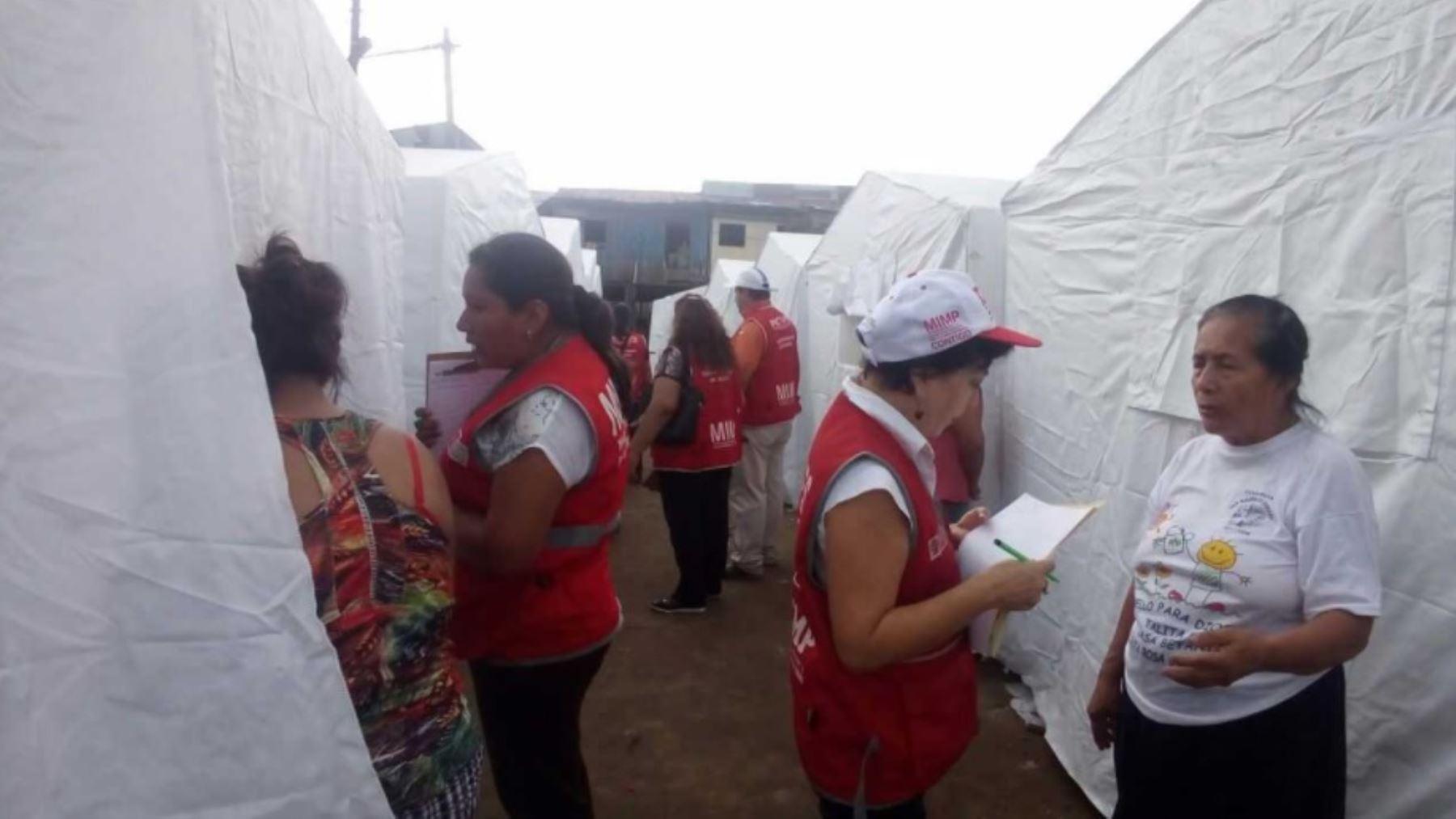MIMP realiza campaña para prevenir violencia familiar en campamento de damnificados por incendio en Iquitos