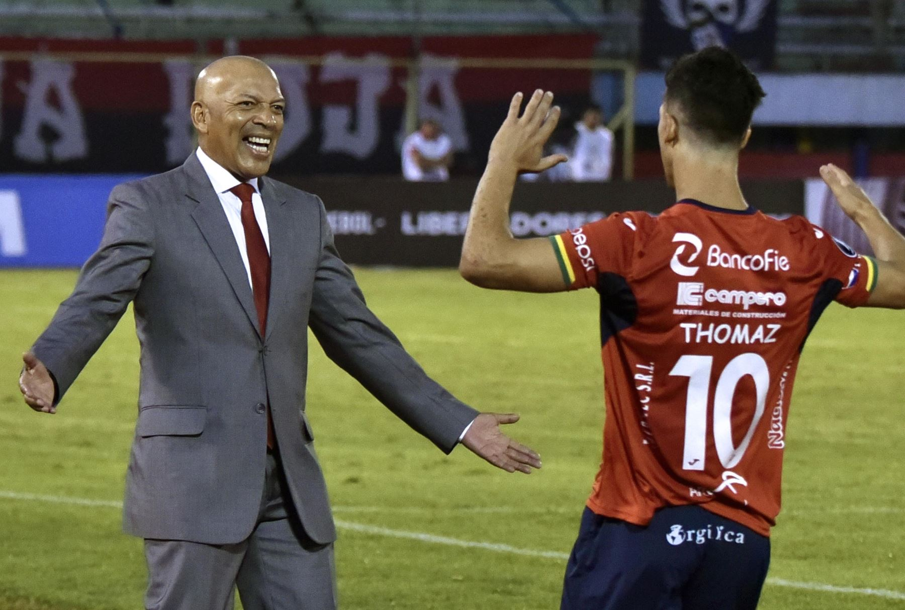 ¡Oficial! Roberto Mosquera es nuevo técnico del Royal Pari de Bolivia