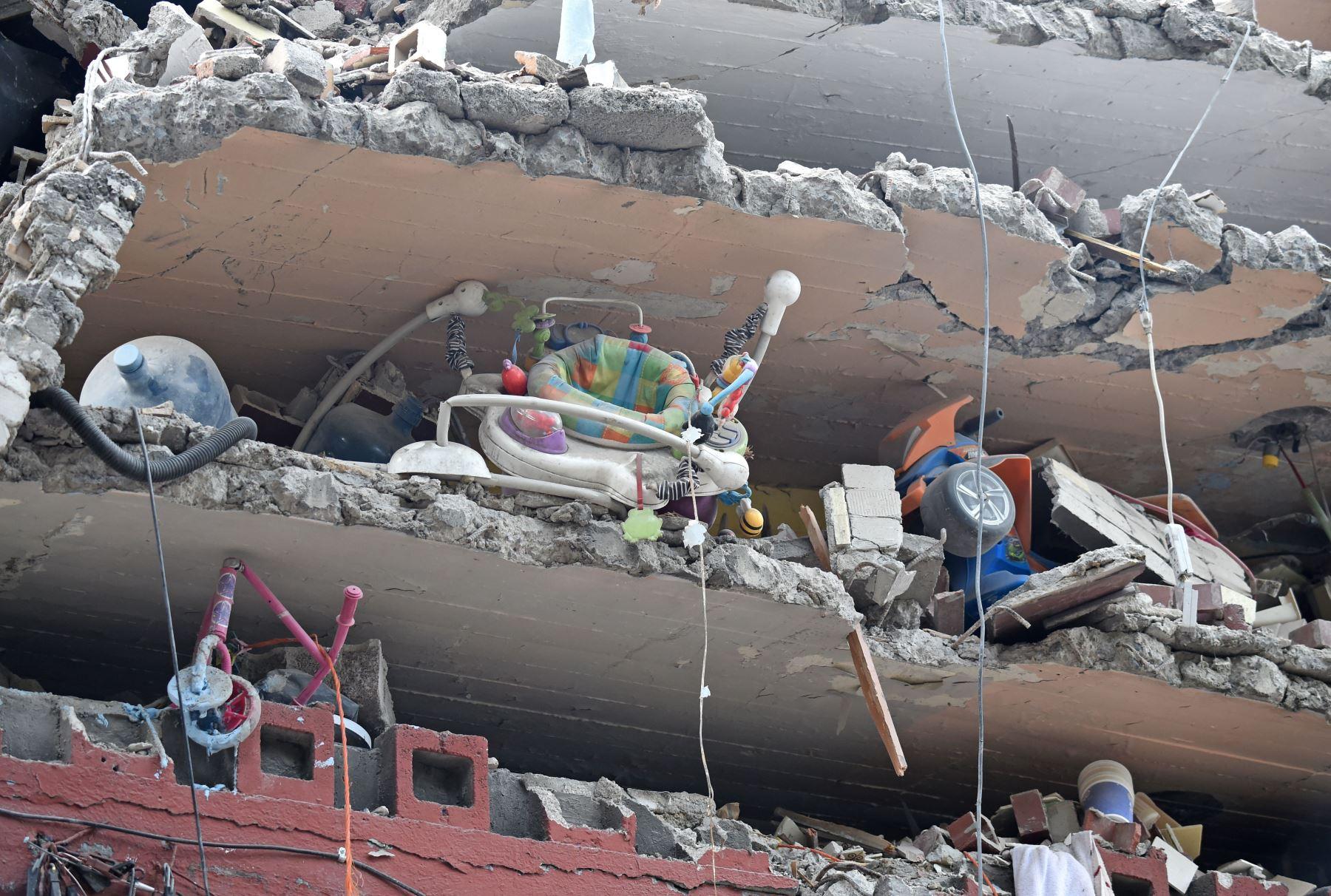 Juguetes y un andador son vistos en un edificio aplastado por el fuerte terremoto que azotó el centro de México. Foto: AFP