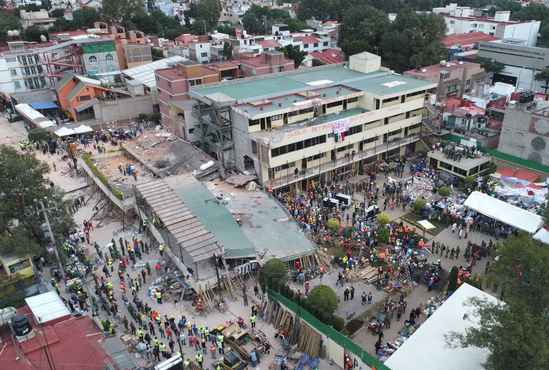Equipos de rescate buscan a personas atrapadas en los escombros en la escuela primaria Enrique Rebsamen en la Ciudad de México. Foto: AFP