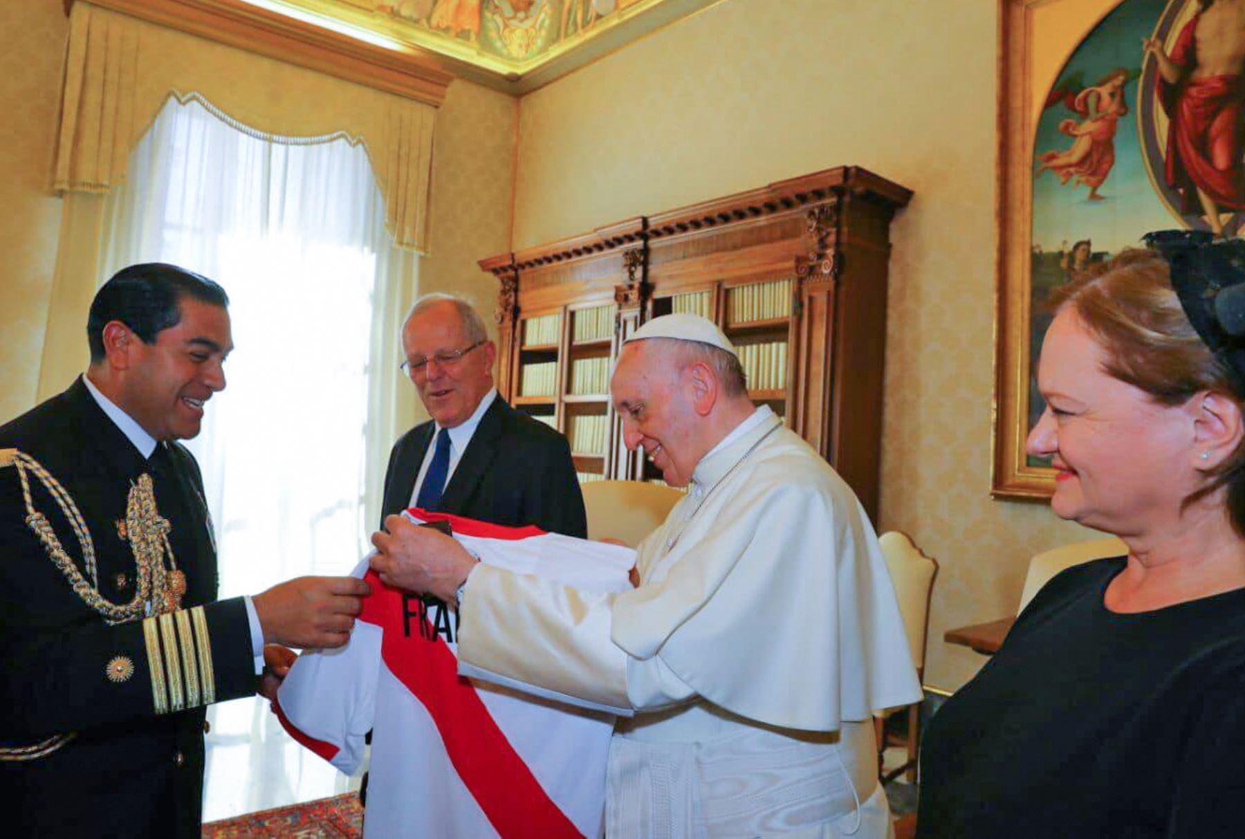 Obsequian al papa Francisco la camiseta de la Selección Peruana de Fútbol durante la audiencia privada que sostuvo con el Santo Padre. Foto: ANDINA/ Prensa Presidencia/ Andres Valle