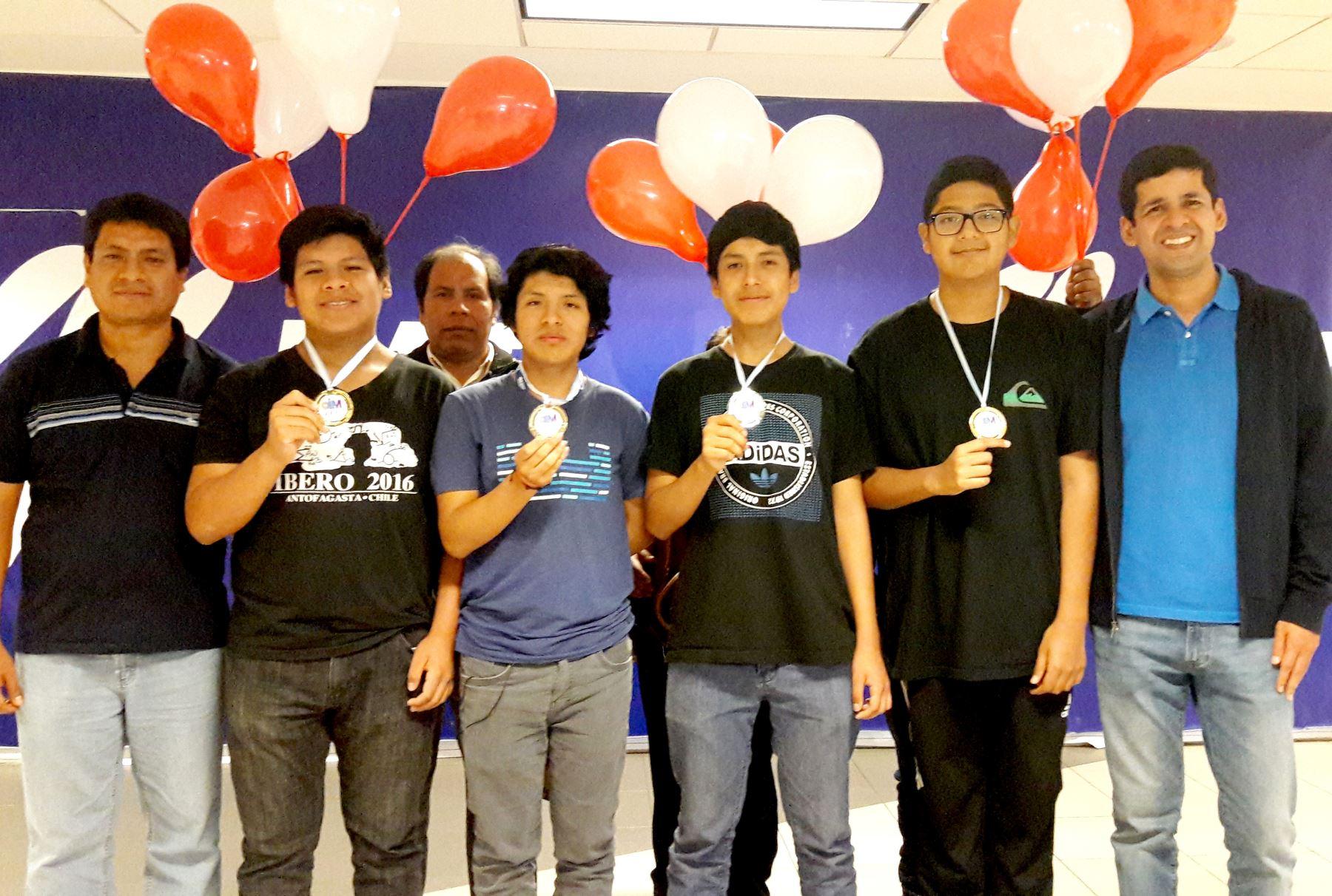 La delegación peruana de matemática arribó al Perú tras campeonar en la Olimpiada Iberoamericana de Matemática en Argentina. Foto: ANDINA/ Difusión