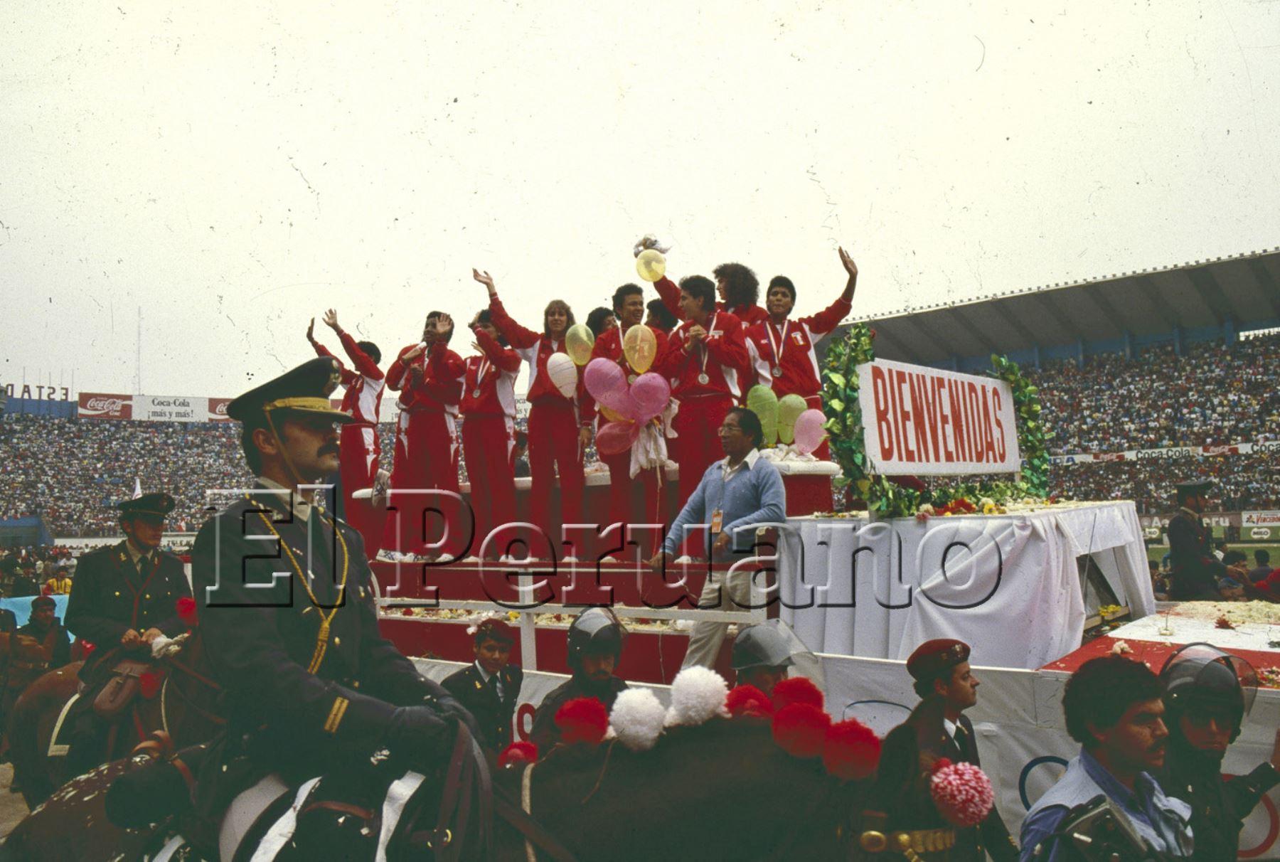 02/10/1988 / Lima / Llegada de la selección femenina de vóley subcampeonas olímpicas de Seúl. Foto: ANDINA/ Archivo El Peruano.