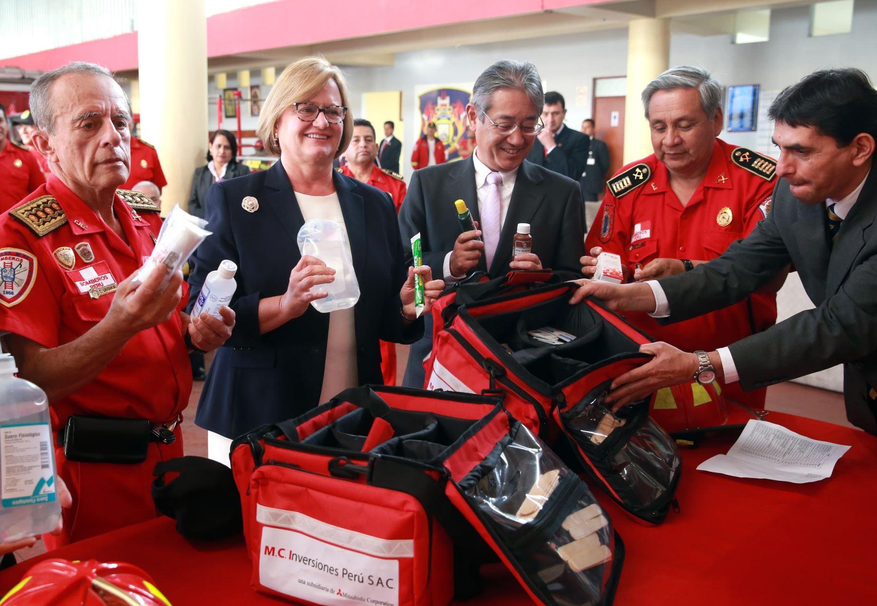 Kits de primeros auxilios donados por esposa del Presidente irán a compañías de bomberos de provincias. ANDINA/Difusión