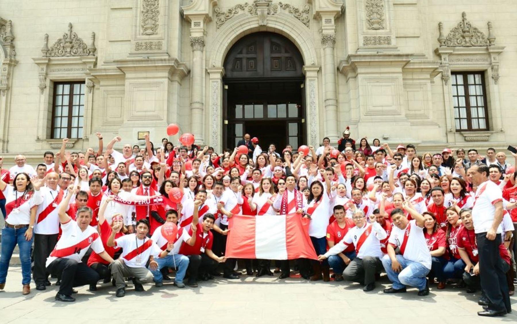 Presidenta del Consejo de Ministros alienta a la Selección Peruana.
