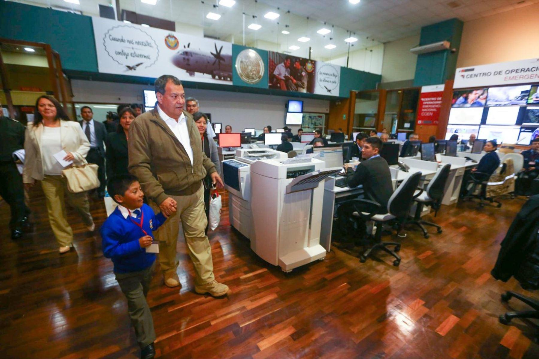 Mateo Huamán Lonconi, el niño cusqueño autor de un proyecto de alerta de sismo, fue recibido por ministro. Foto: Difusión
