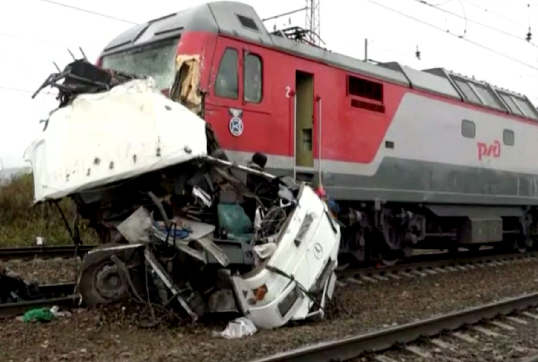 Al menos 19 muertos en choque de tren con autobús en Rusia