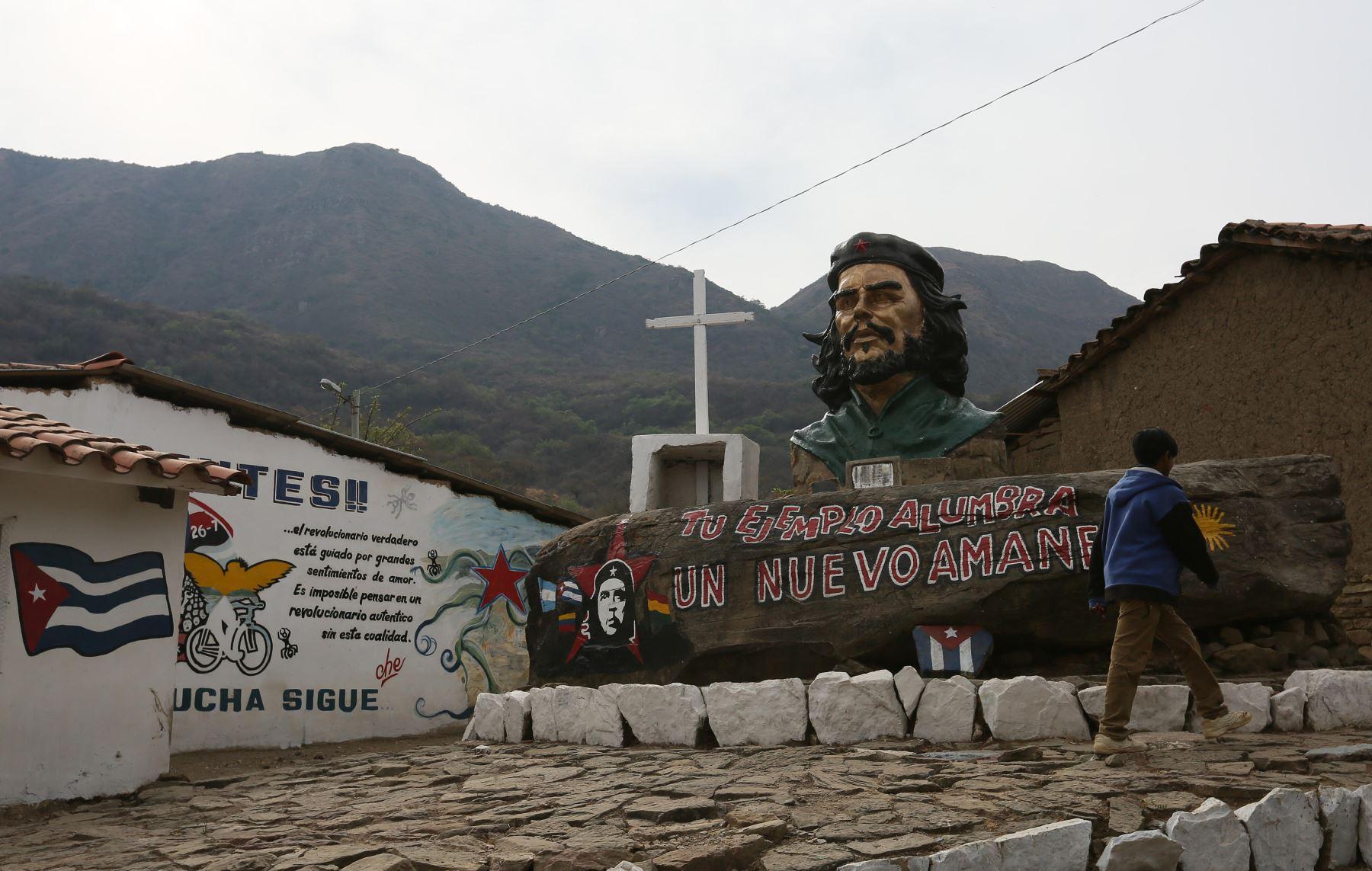 """Monumento al """"Che"""" Guevara en La Higuera, Bolivia. EFE."""