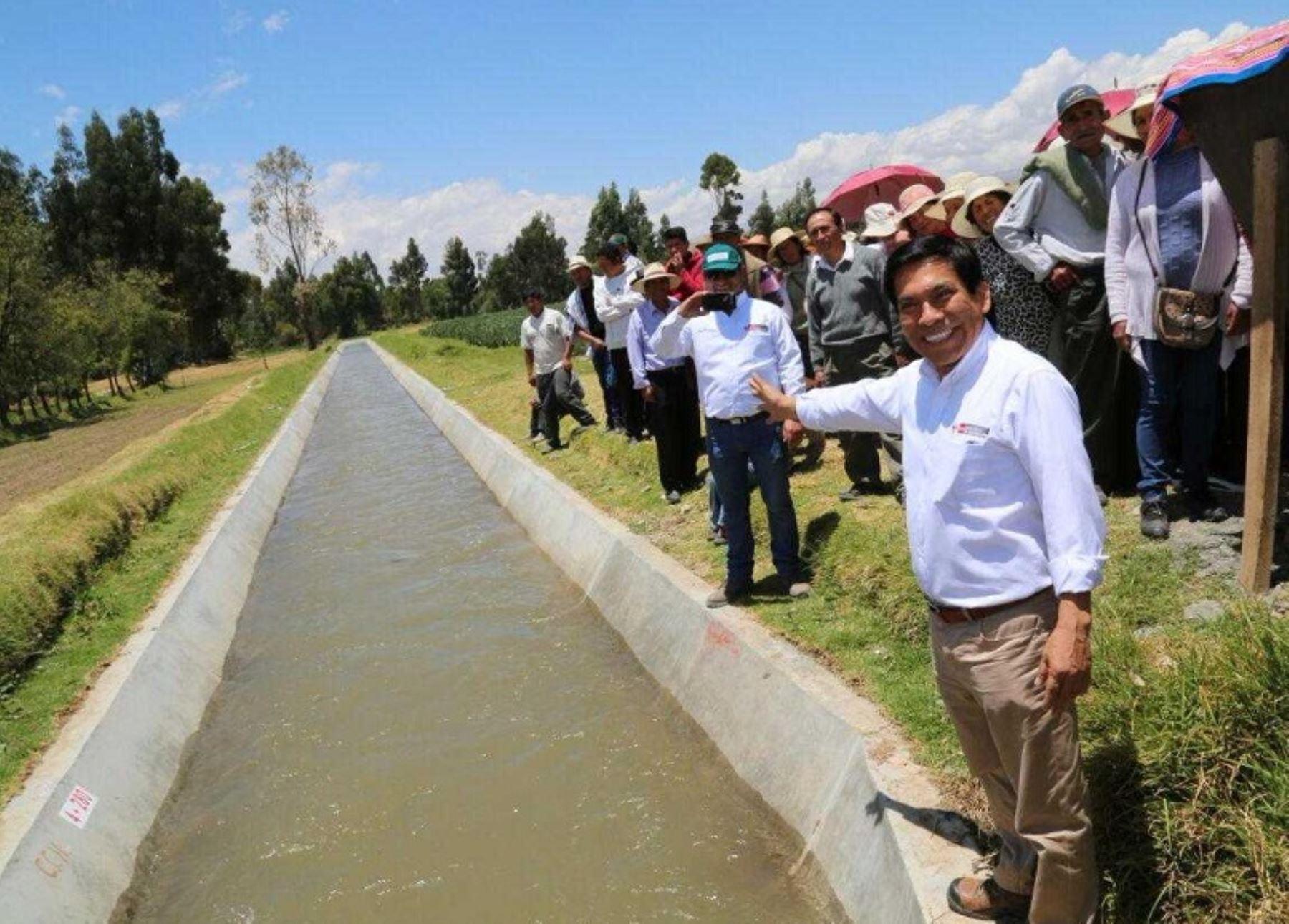 Durante una visita a diversos poblados de Concepción y Matahuasi, el ministro de Agricultura y Riego, José Manuel Hernández, puso en marcha esta mañana obras para impulsar el riego tecnificado en el valle del Mantaro y promover un Agropróspero, que contribuya a elevar la calidad de vida de las familias campesinas.