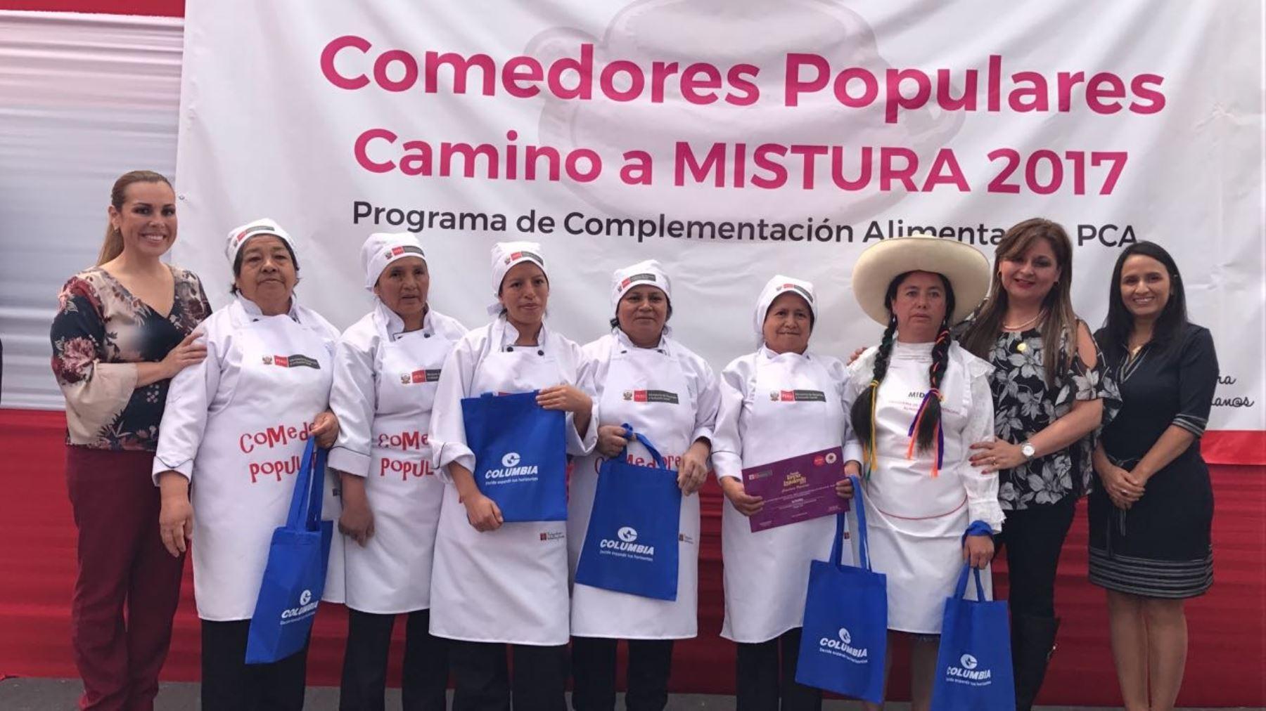 Ministra de Desarrollo e Inclusión Social, Fiorella Molinelli, junto a madres de comedores populares que estarán en Mistura